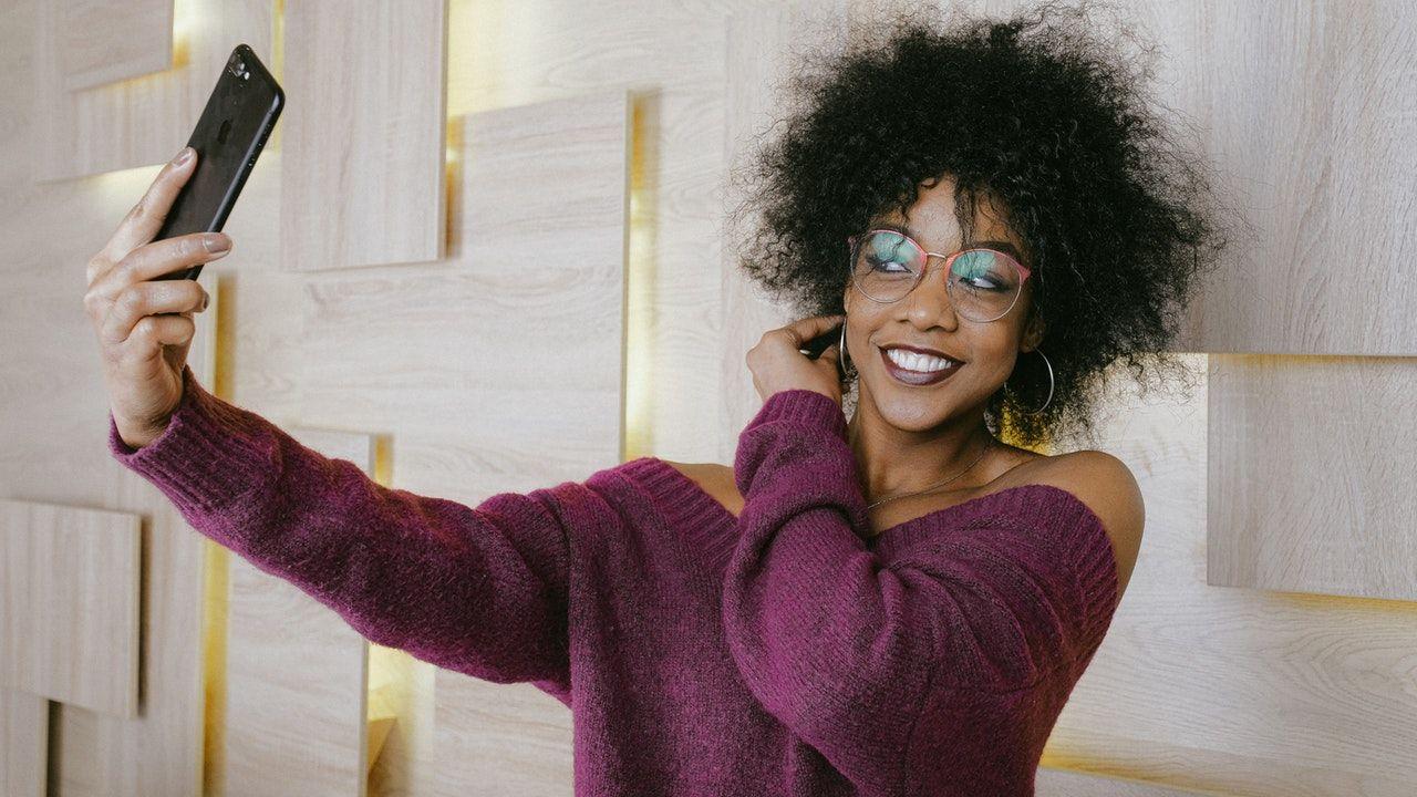 Confira os acessórios e apps que não podem faltar para montar seu estúdio de selfies (Foto: Pexels)