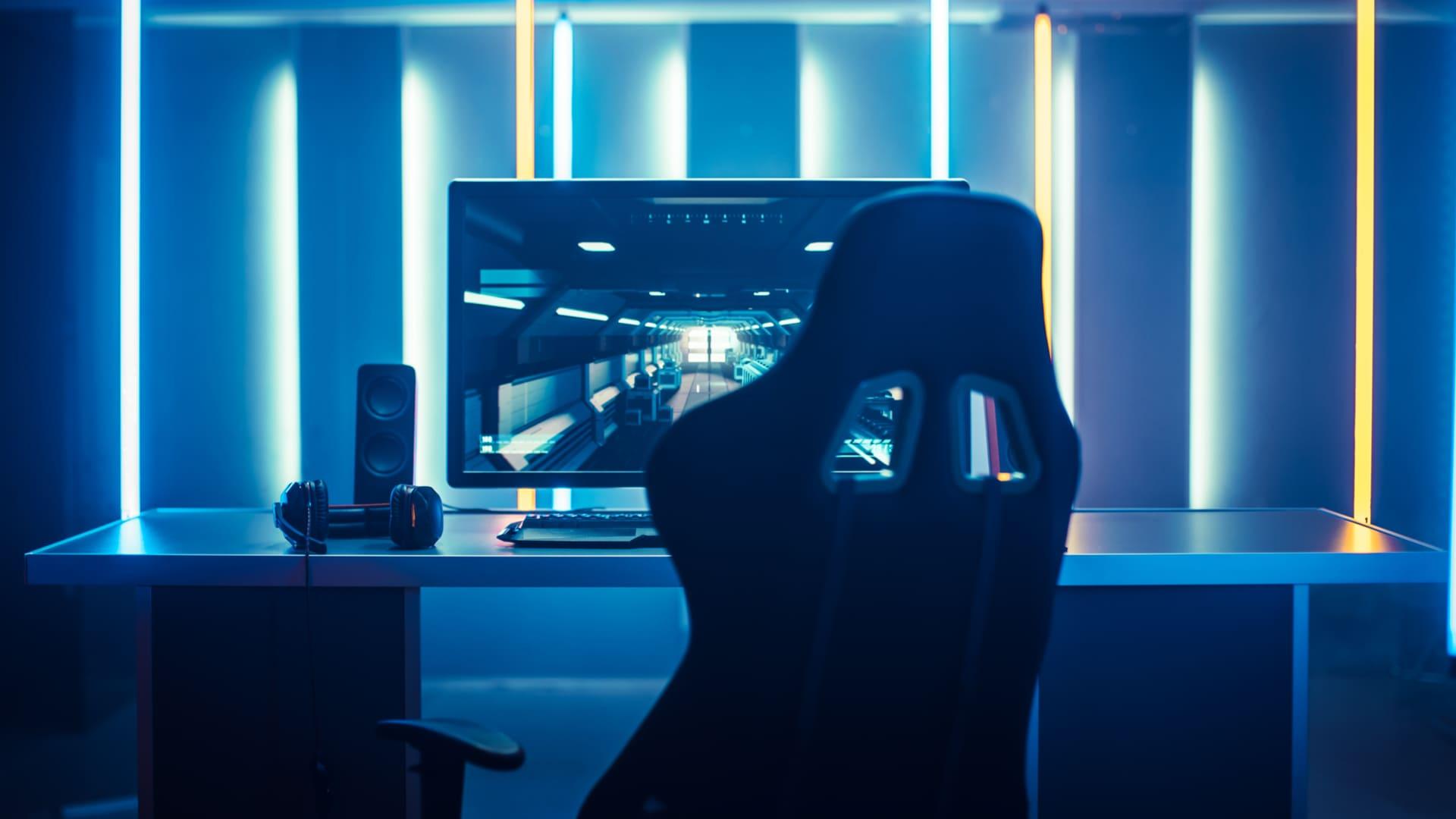 Não economize nos LEDs RGB na hora de montar o seu quarto gamer dos sonhos. (Foto: Shutterstock/Gorodenkoff)