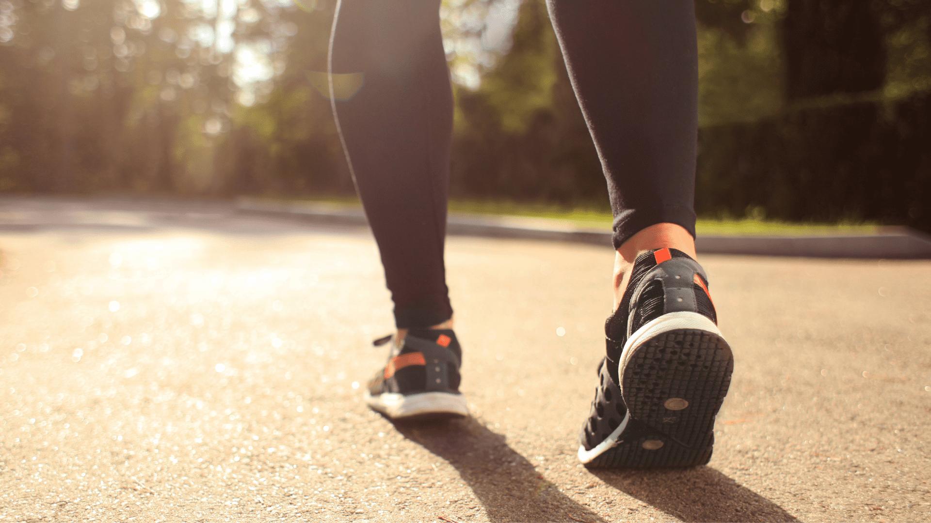 Confira o nosso guia com tudo o que você precisa saber antes de comprar um tênis para caminhada (Imagem: Reprodução/Shutterstock)