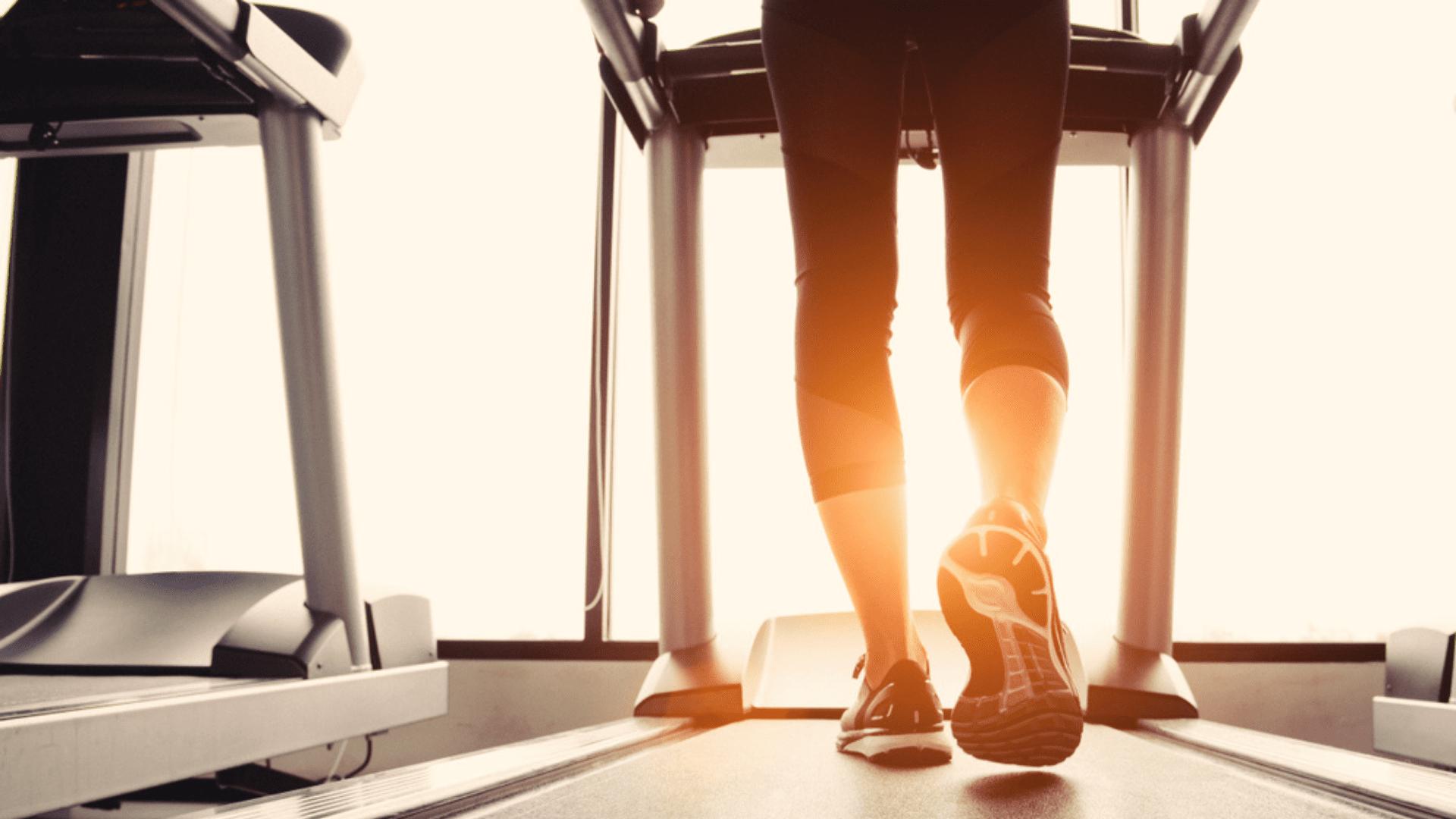 Para caminhar na esteira, o ideal é focar em amortecimento e estabilidade (Imagem: Reprodução/Shutterstock)