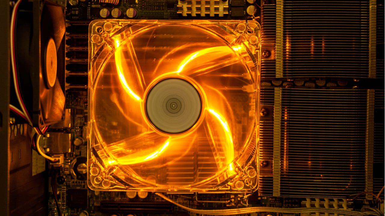 Um bom cooler de vento pode ajudar a diminuir a temperatura do notebook. (Foto: Shutterstock/daniiD)