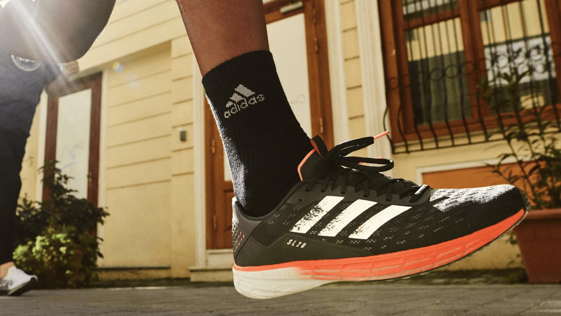O Adidas SL20 é um tênis com amortecimento confortável para a corrida (Imagem: Divulgação/Adidas)