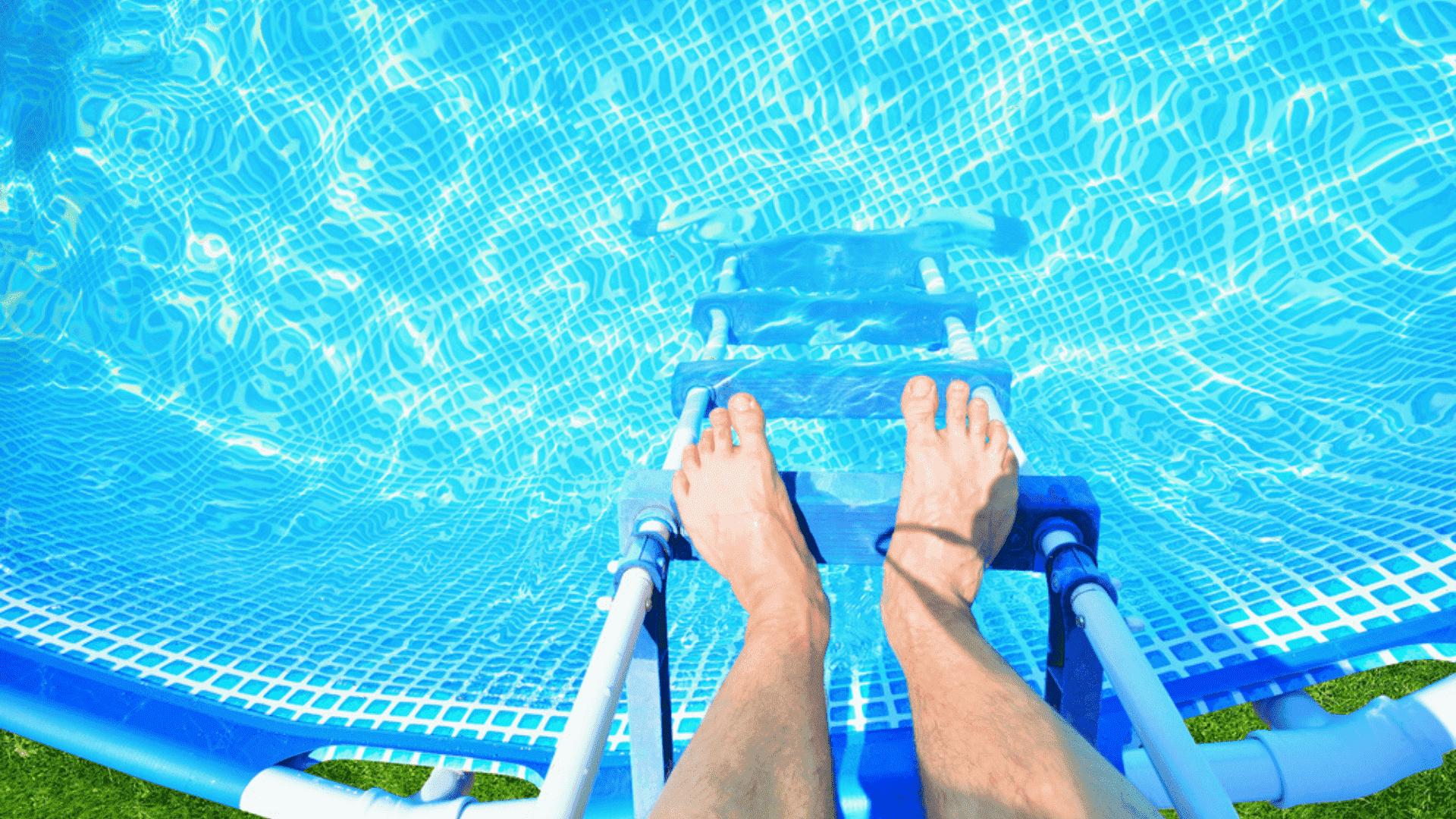 Para limpar a piscina, o ideal é usar bomba ou peneira e cloro (Imagem: Reprodução/Shutterstock)