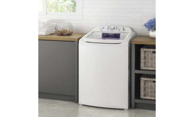 Para limpar uma máquina de lavar roupas com tampo superior é possível usar vinagre ou uma solução de água sanitária. (Imagem:Divulgação/Electrolux)