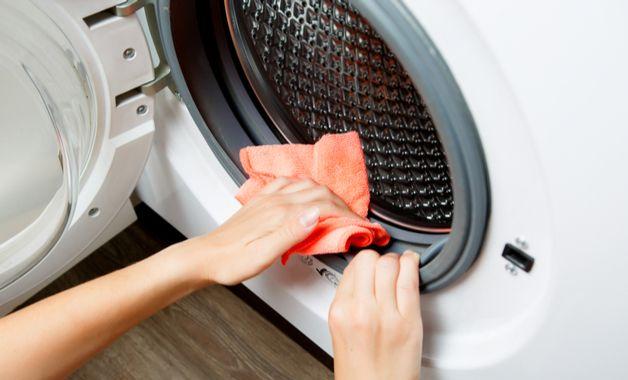 Para limpar máquinas de lavar com tampo frontal, faça uma solução com água sanitária e água morna. (Imagem:Reprodução/Shutterstock)