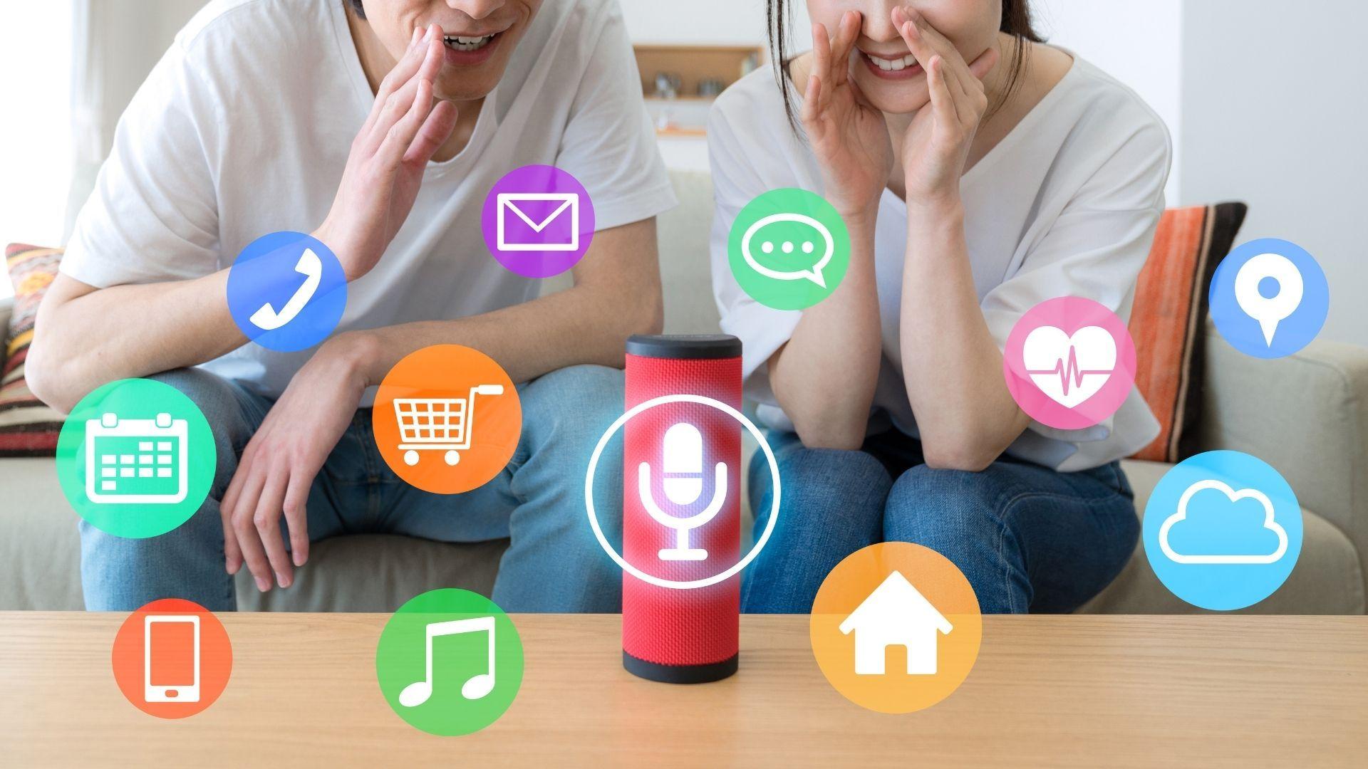 Smart speakers conseguem conectar comandar diversos aplicativos, como lâmpadas inteligentes, TVs e pipoqueiras elétricas. (Imagem: Reprodução/Shutterstock)