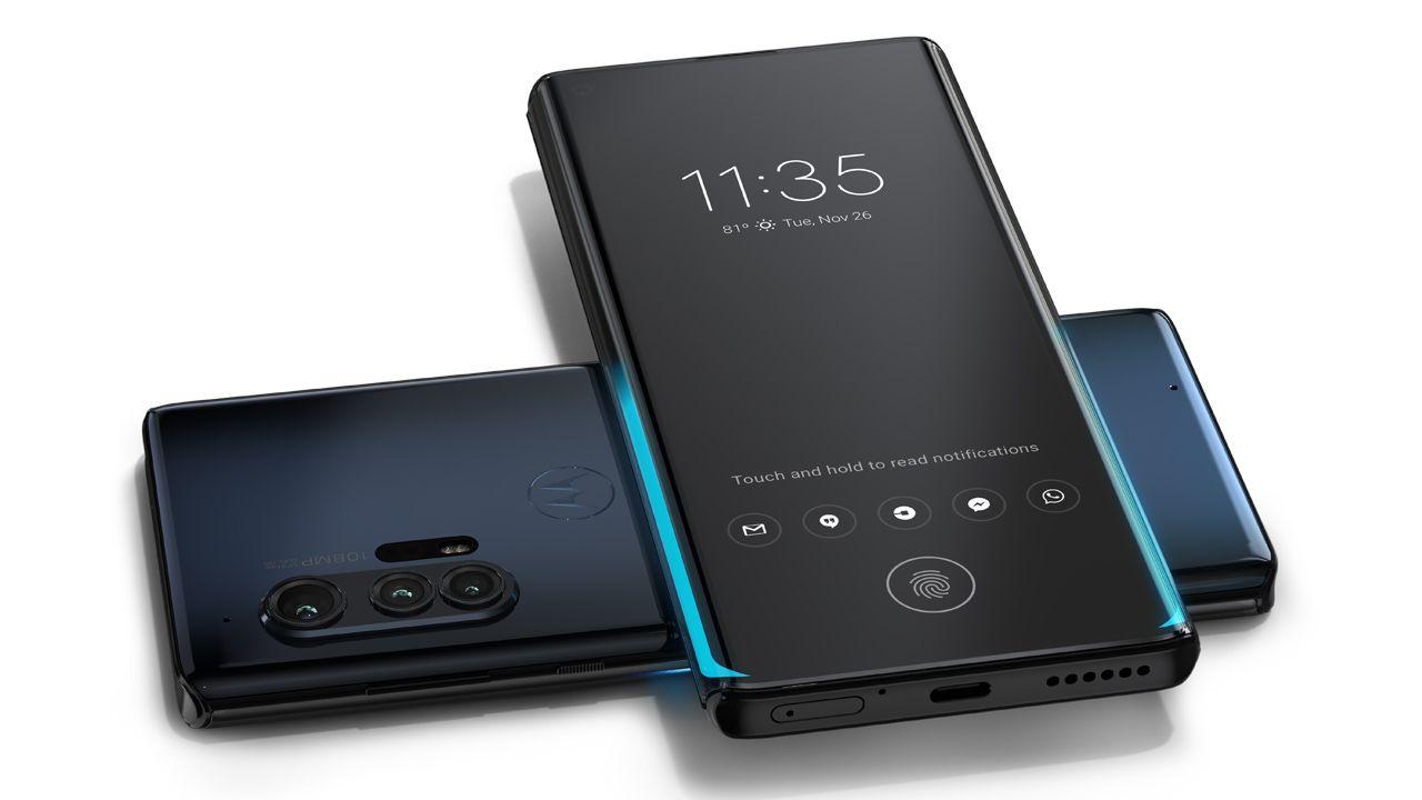 Dois modelos do Motorola Edge, celular Motorola, apoiados um sobre o outro