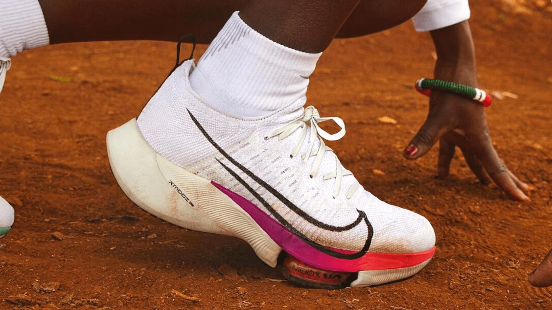 O Nike Air Zoom Tempo Next% é um tênis que auxilia a economizar energia (Imagem: Divulgação/Nike)