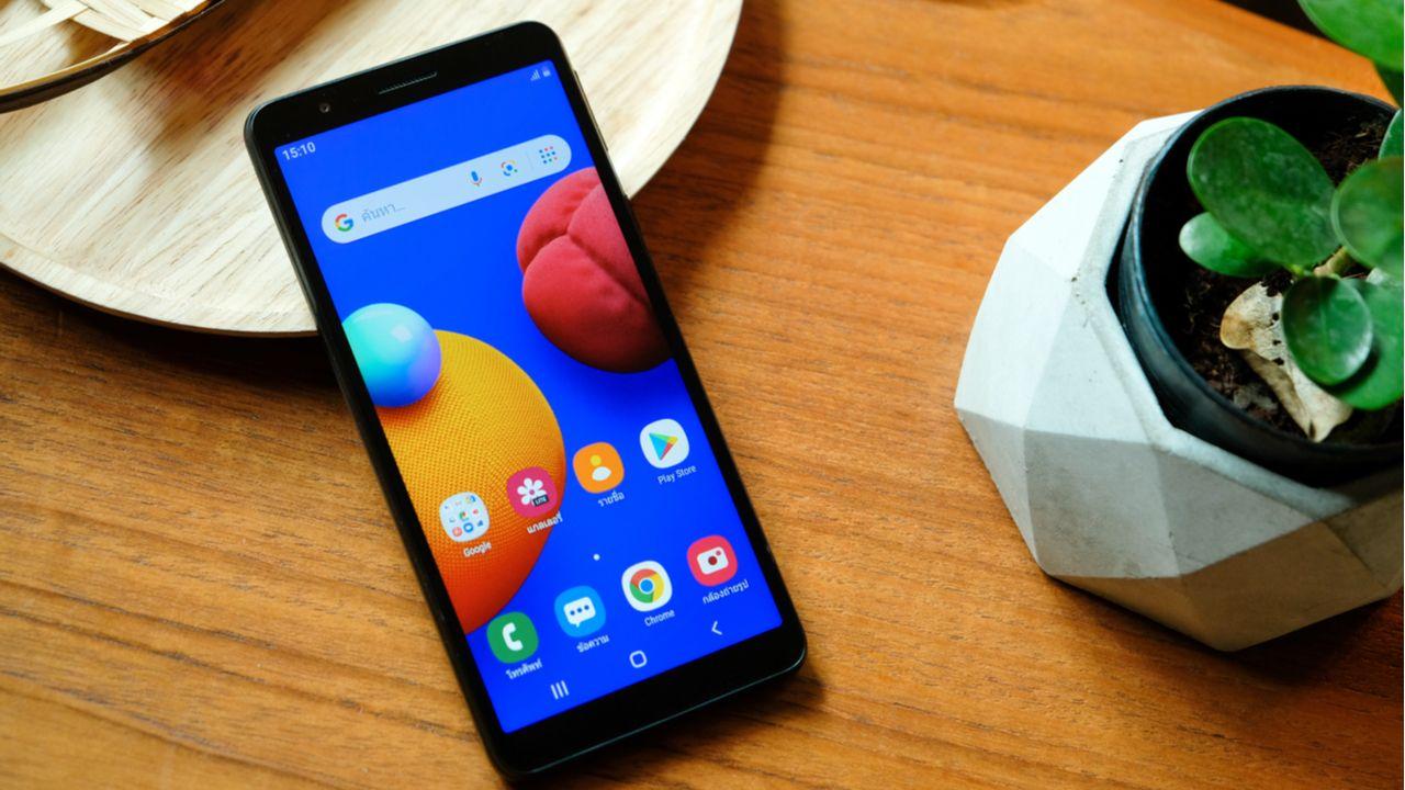 O Galaxy A01 é um celular baratinho para o uso no dia a dia (Foto: Shutterstock)