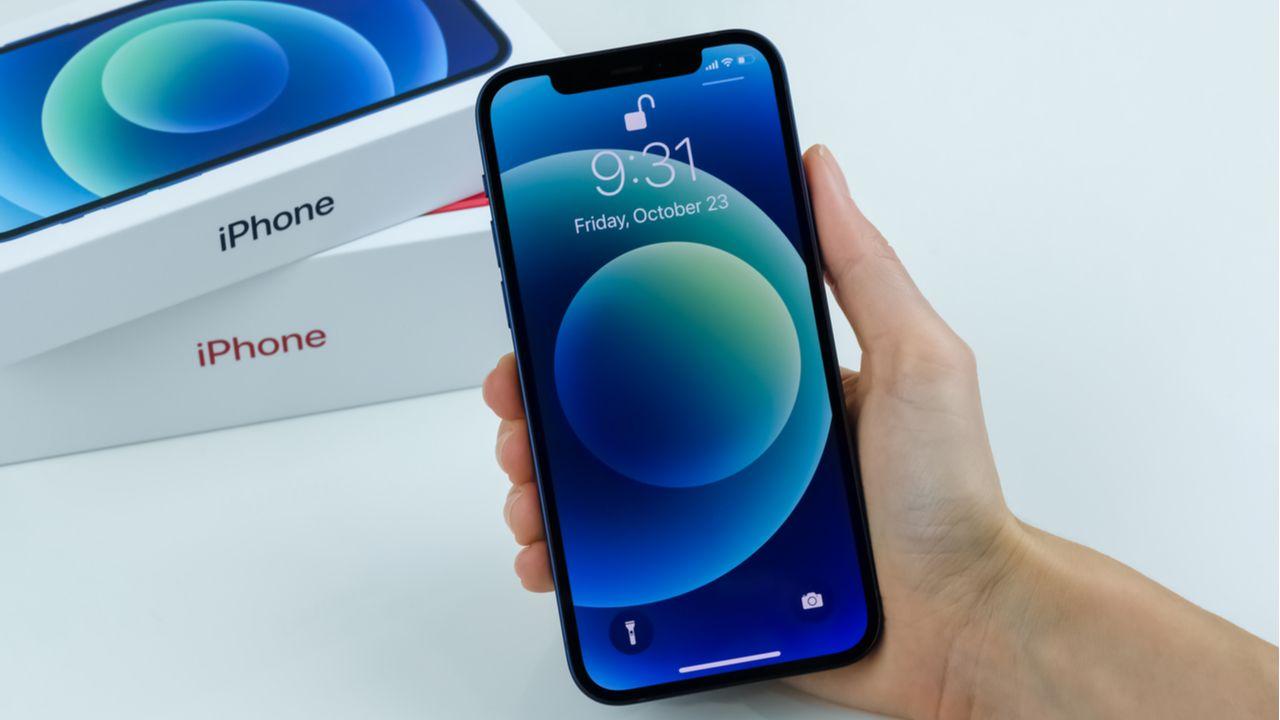 O iPhone 12 é um dos celulares mais desejados pelos consumidores (Foto: Shutterstock)