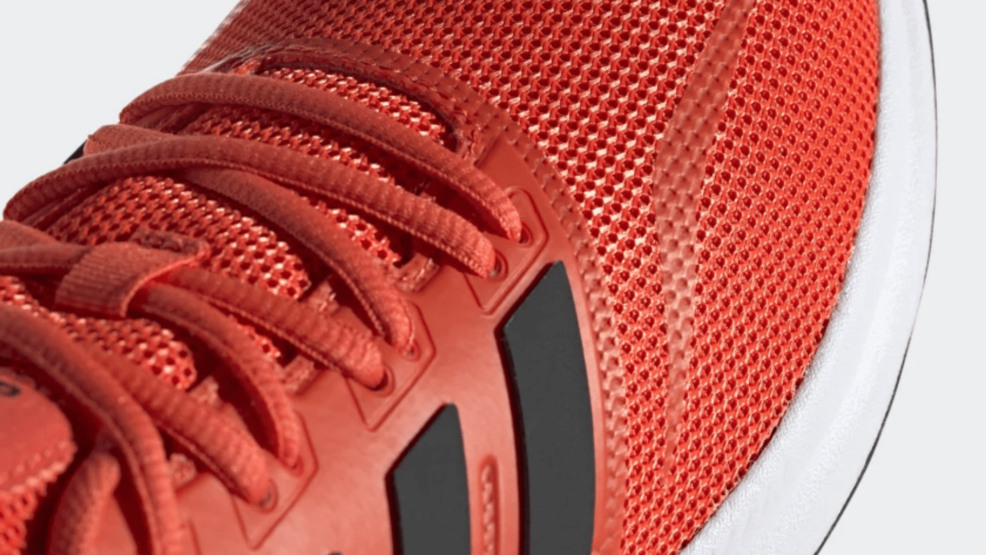 O Adidas Run Falcon é produzido em mesh e couro sintético (Imagem: Divulgação/Adidas)