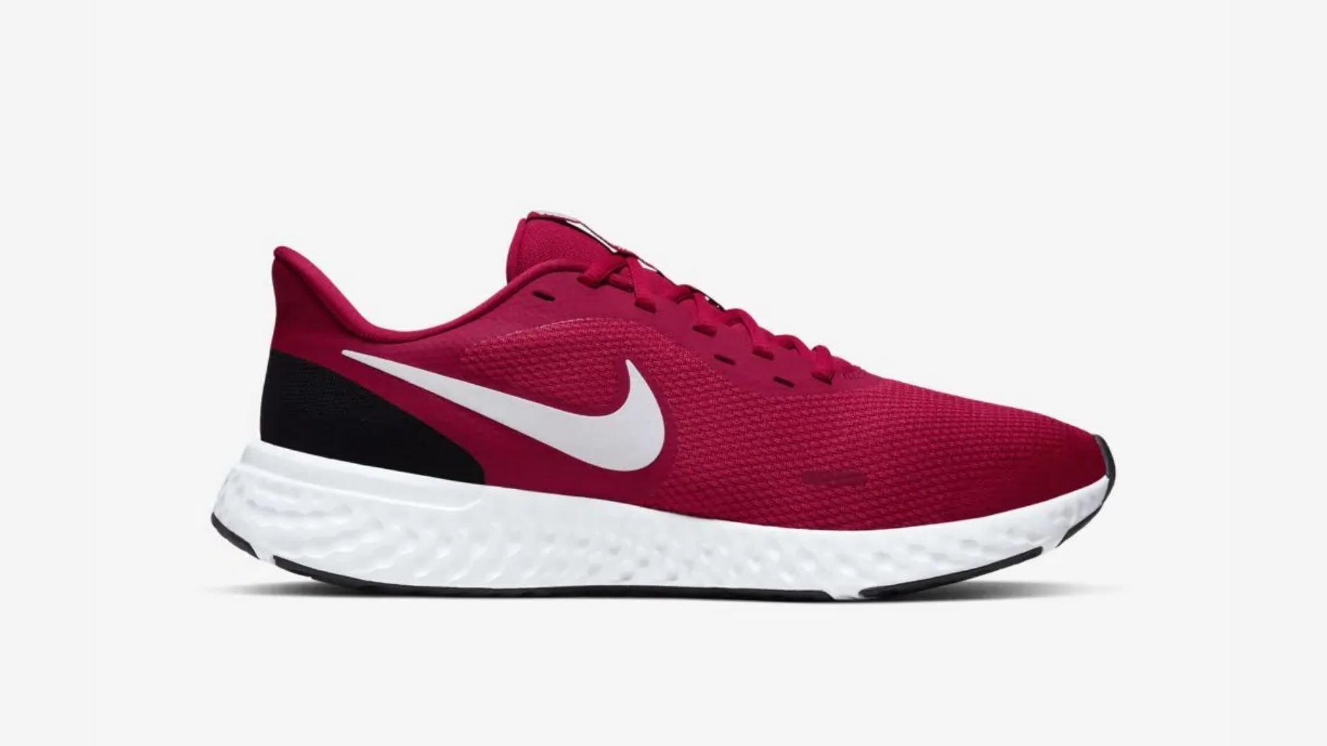 O Nike Revolution 5 é um tênis com drop alto (Imagem: Divulgação/Nike)