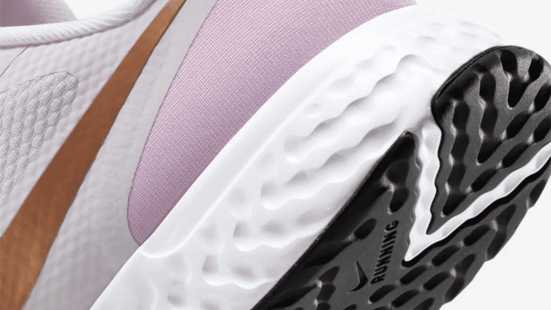 O Nike Revolution 5 tem amortecimento leve e resistente (Imagem: Divulgação/Nike)