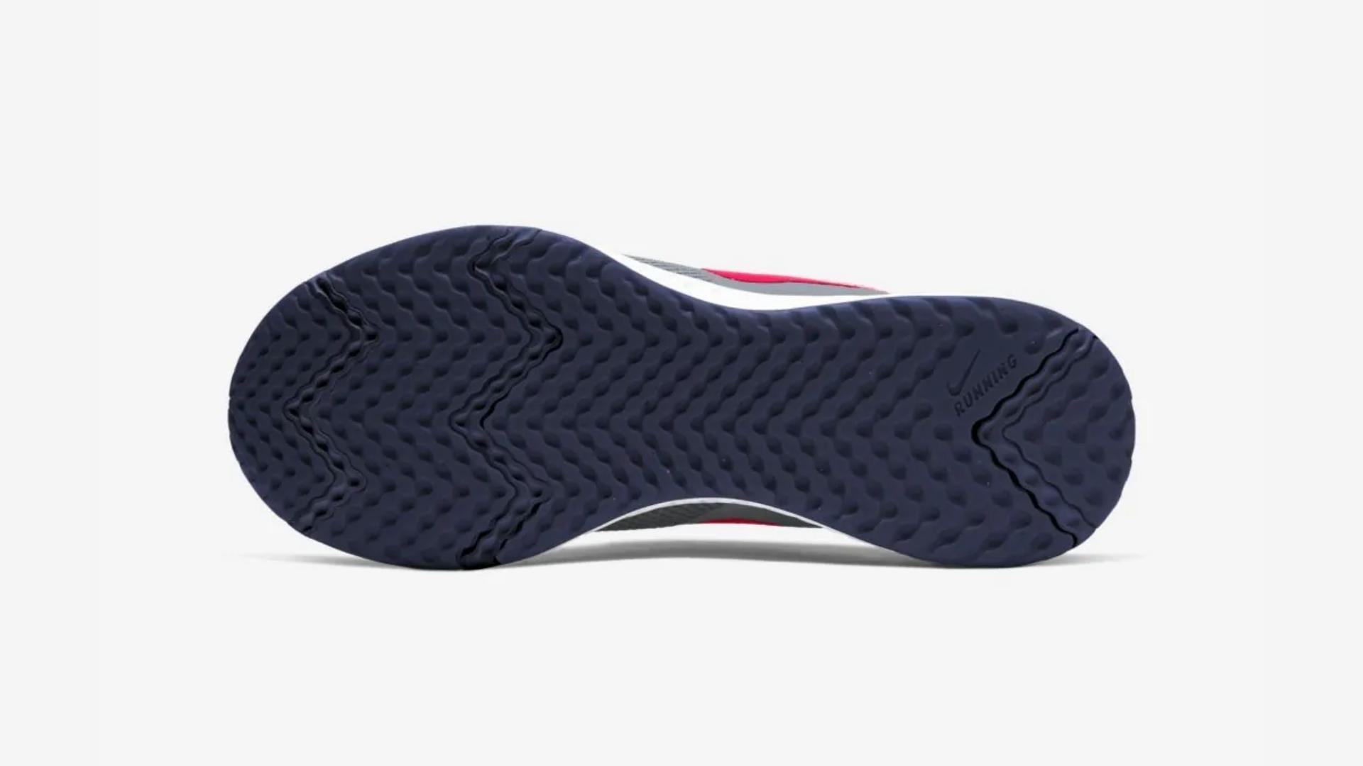 O Nike Revolution 5 traz entressola com borracha macia (Imagem: Divulgação/Nike)