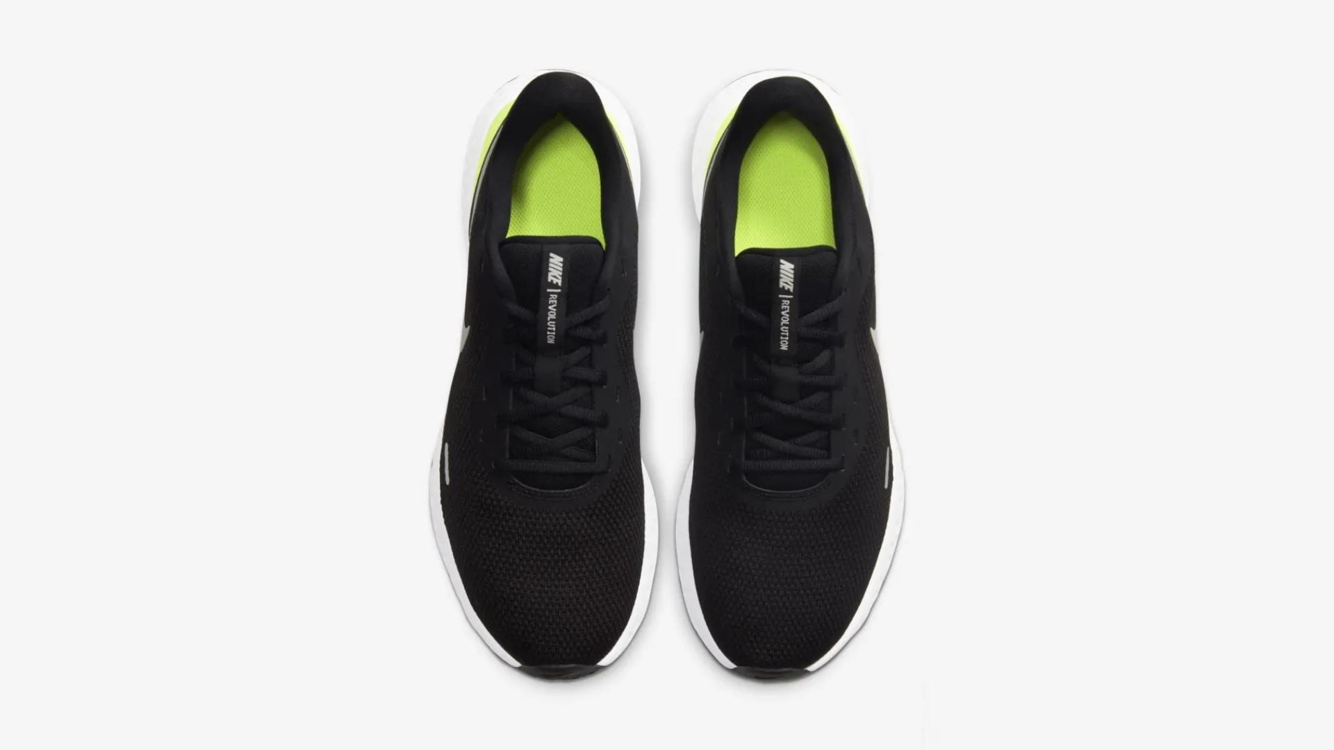 O Nike Revolution 5 conta com um design simples e minimalista (Imagem: Divulgação/Nike)