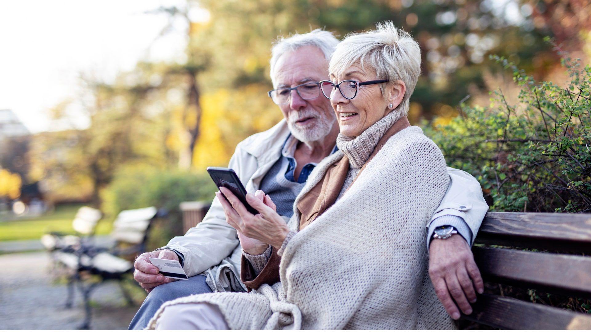 Celular para idoso: 5 modelos para básicos e baratos para comprar (Foto: Shutterstock)