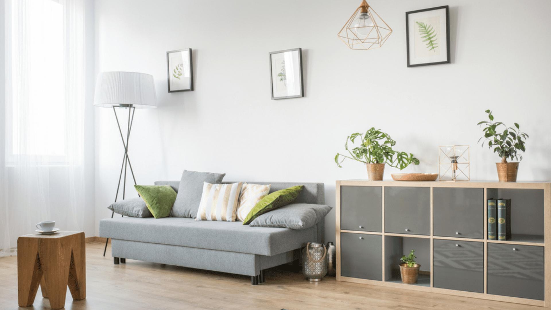 Invista em sofás mais funcionais, como os retráteis (Imagem: Reprodução/Shutterstock)