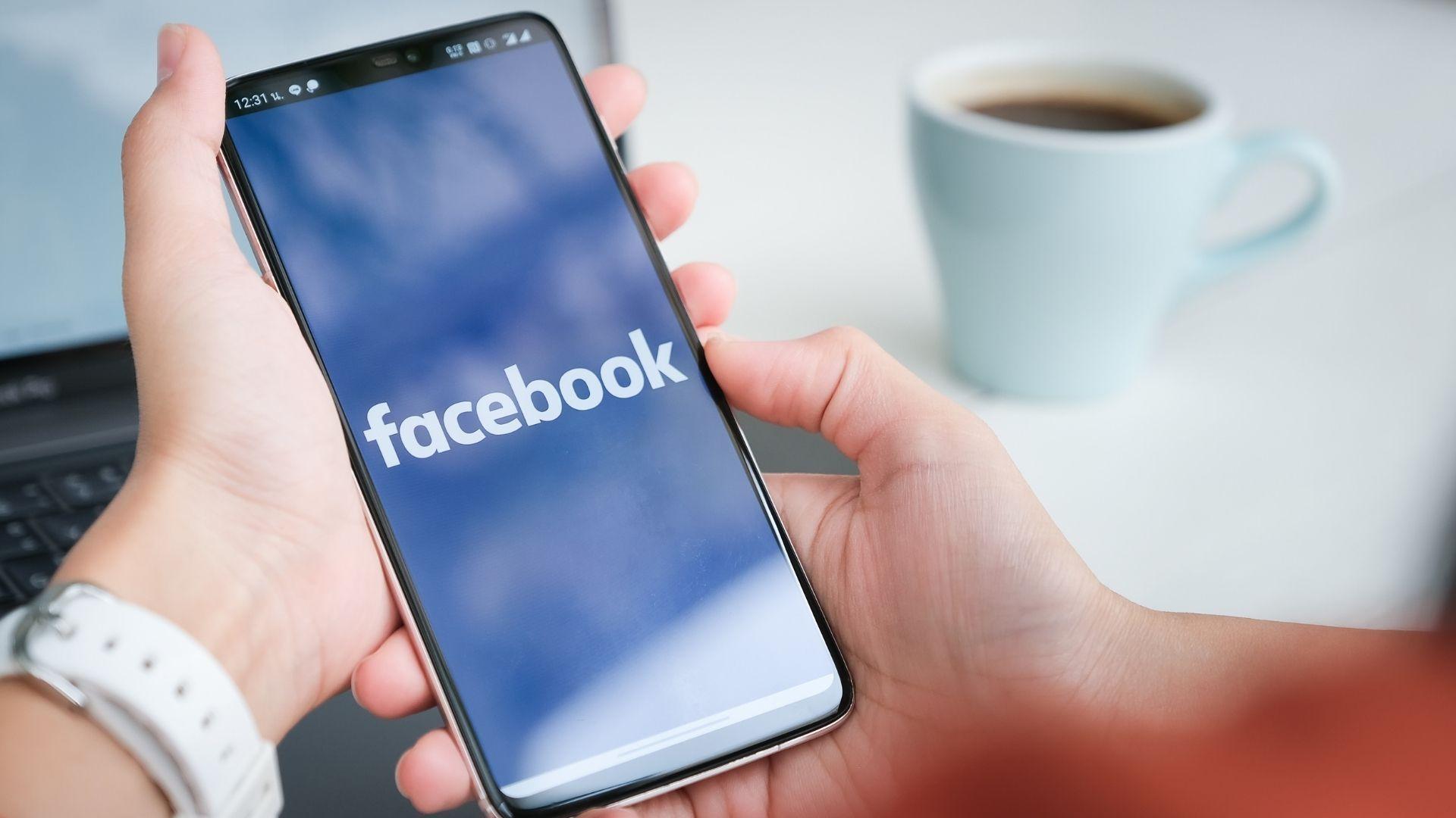 Você pode excluir ou desativar o Facebook pelo seu celular (Foto: Jirapong Manustrong / Shutterstock.com)