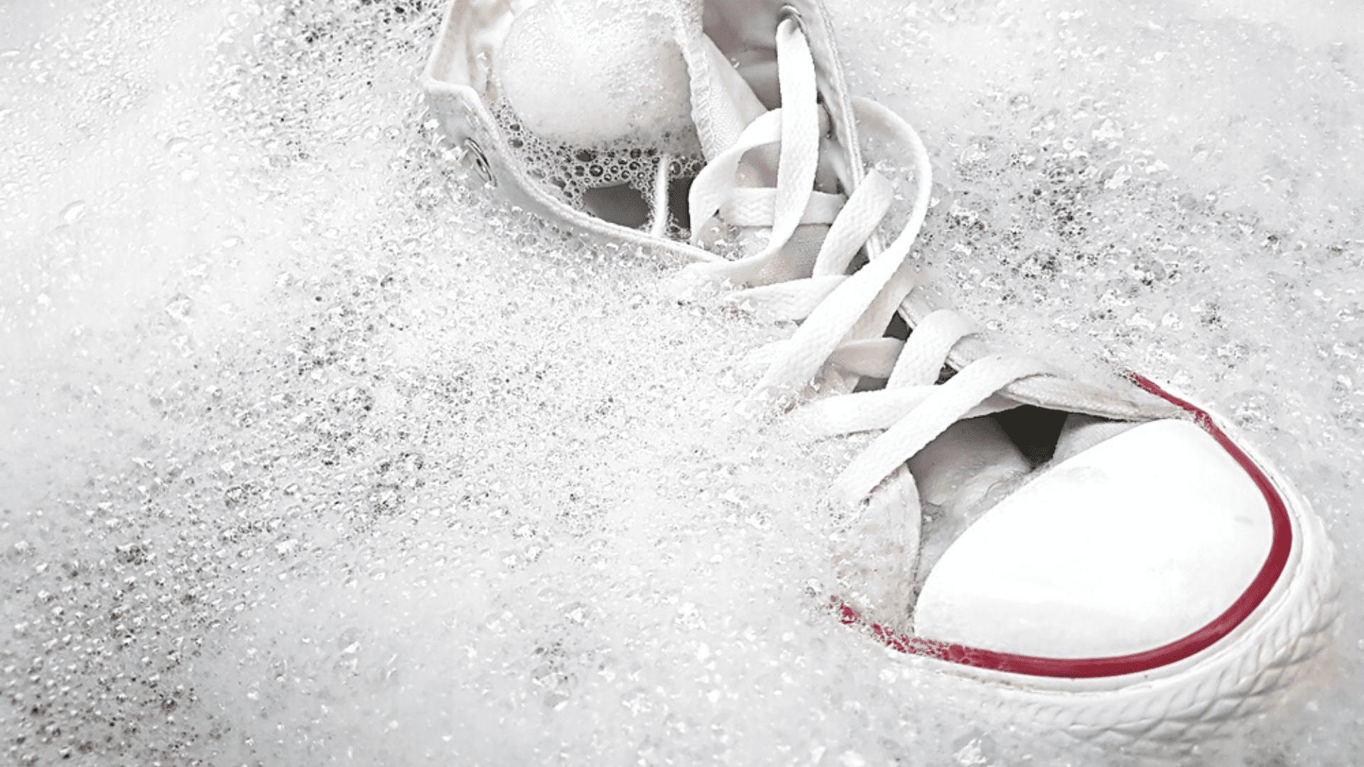 É possível tirar o amarelado do tênis branco com alvejante (Imagem: Reprodução/Shutterstock)