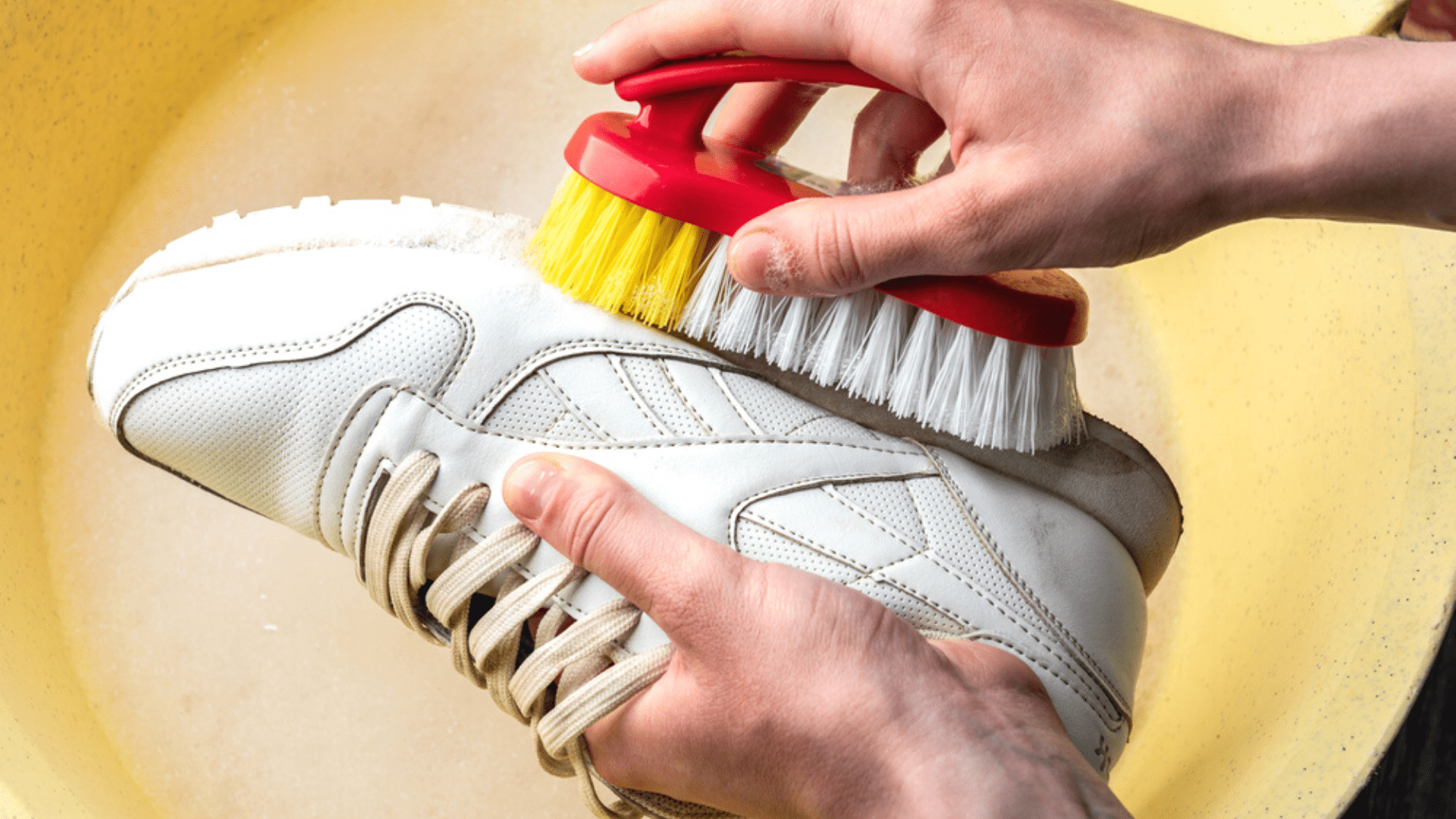 O bicarbonato de sódio também pode ser usado para tirar o amarelado do tênis branco (Imagem: Reprodução/Shutterstock)