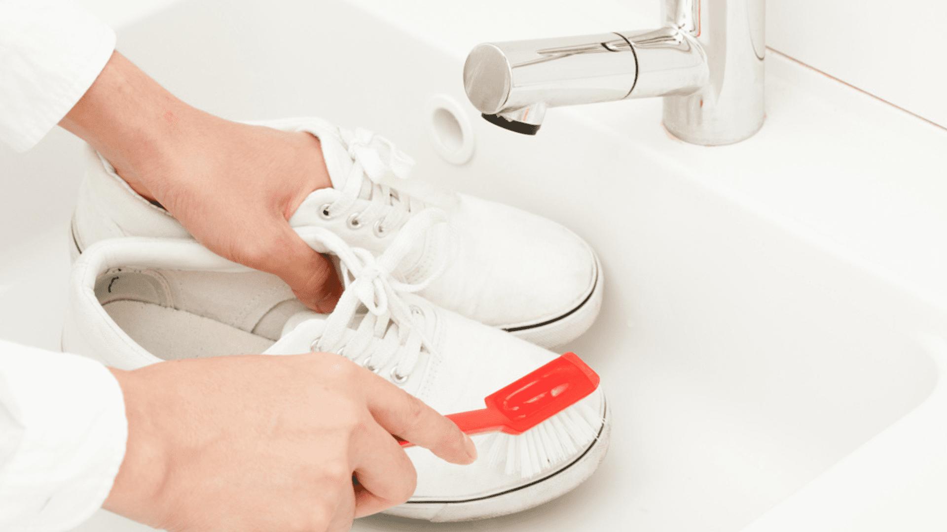 Você pode limpar o seu tênis branco com pasta de dente (Imagem: Divulgação/Shutterstock)