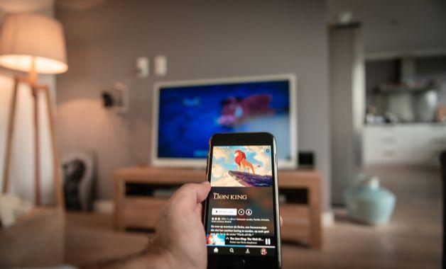 O Chromecast é a opção mais completa de como conectar o celular na TV Philco. (Imagem: Reprodução/Shutterstock)