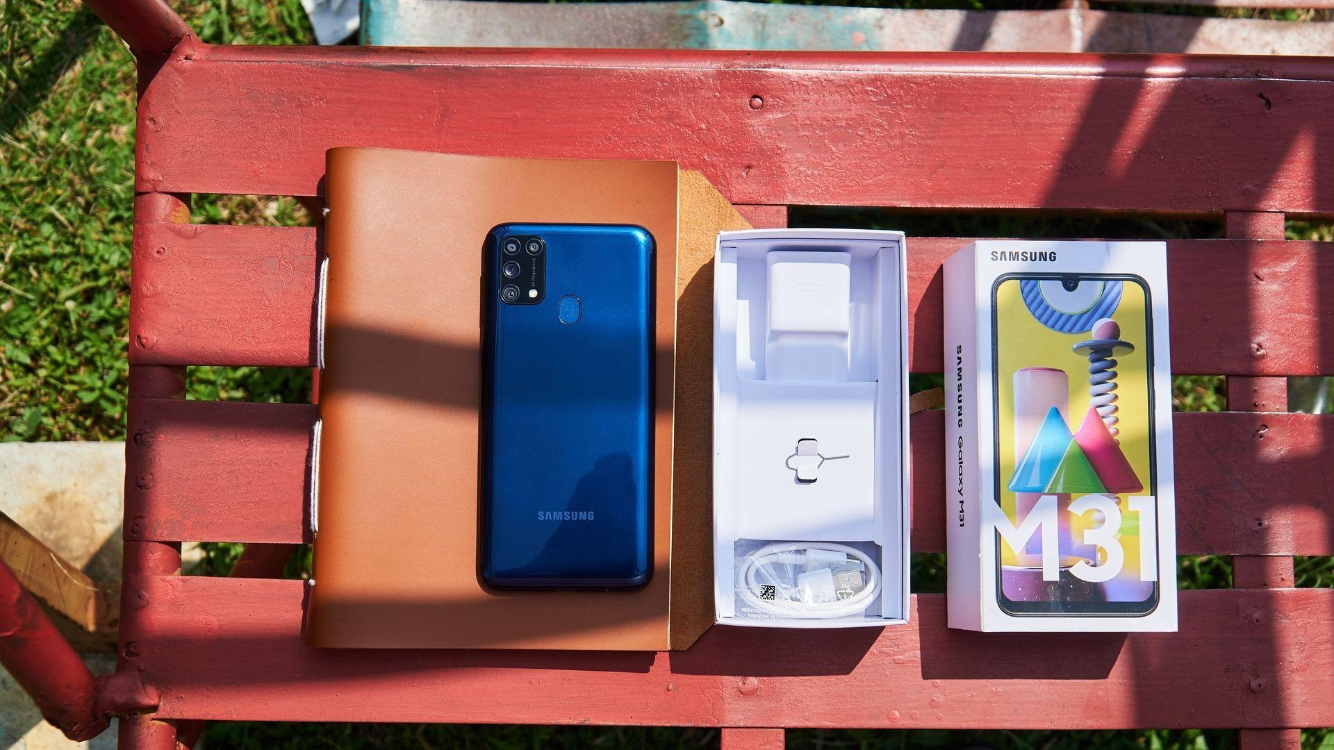 Parte traseira e caixa com acessórios do Samsung Galaxy M31 | Foto: Shutterstock