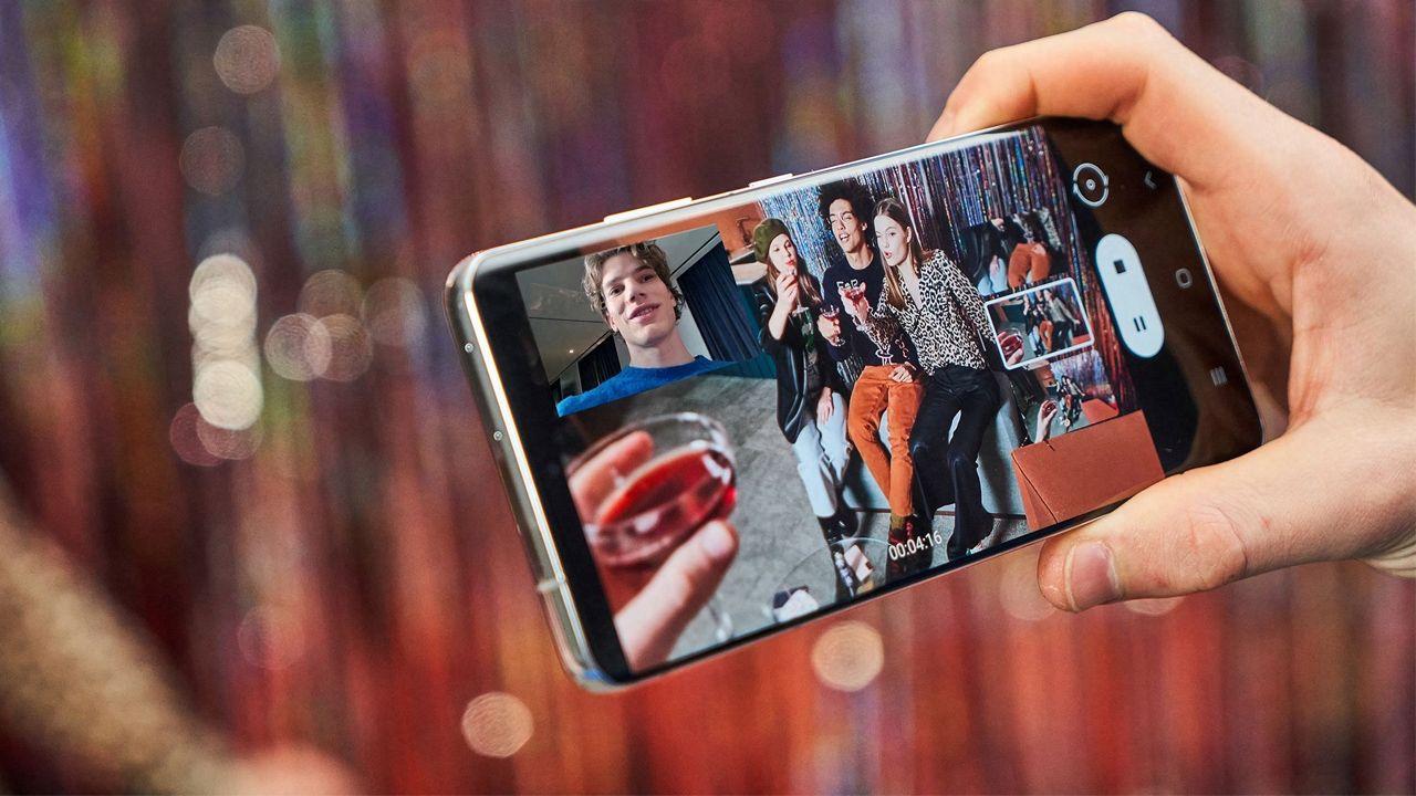 O Galaxy S21 consegue alternar entre as câmeras quando está gravando (Foto: Divulgação/Samsung)