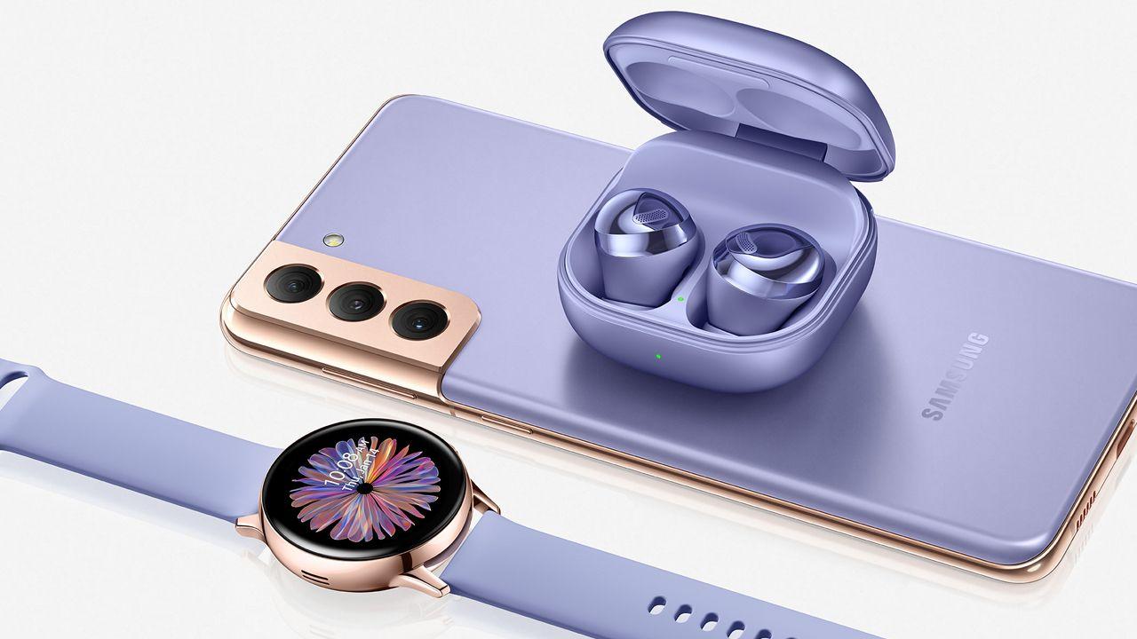O Galaxy S21 pode carregar outros dispositivos que tenham carregamento reverso (Foto: Divulgação/Samsung)