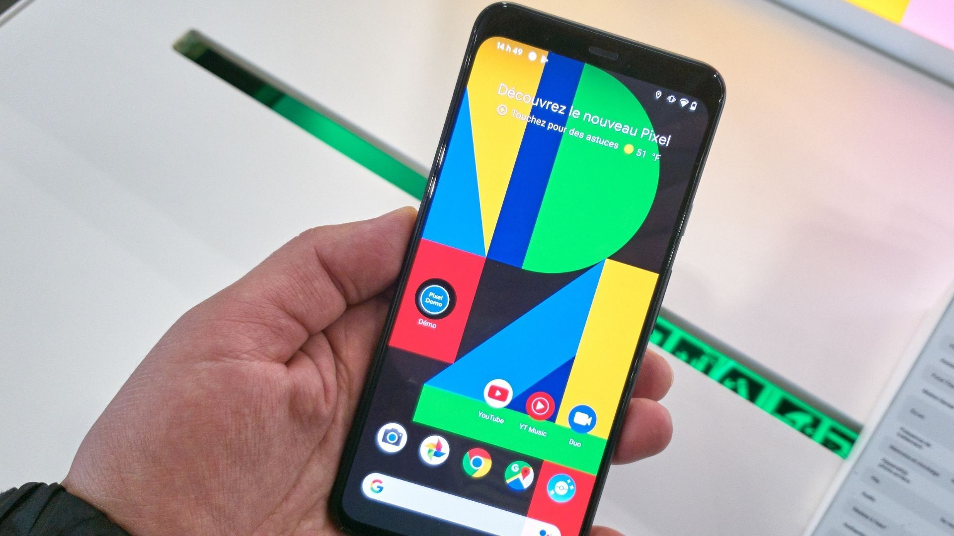 Celular Google Pixel 4 na mão de uma pessoa com tela ligada