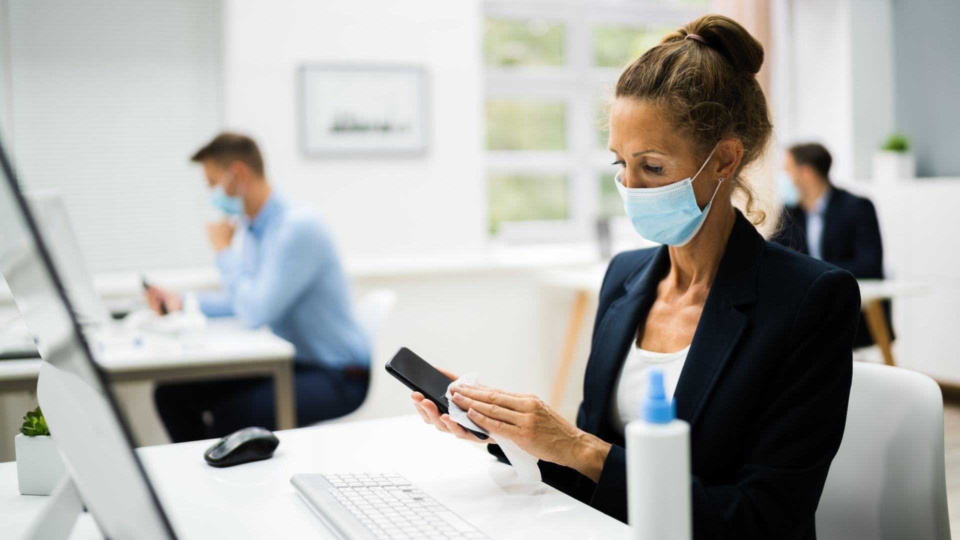 Higienizar o celular é importante para evitar a Covid-19