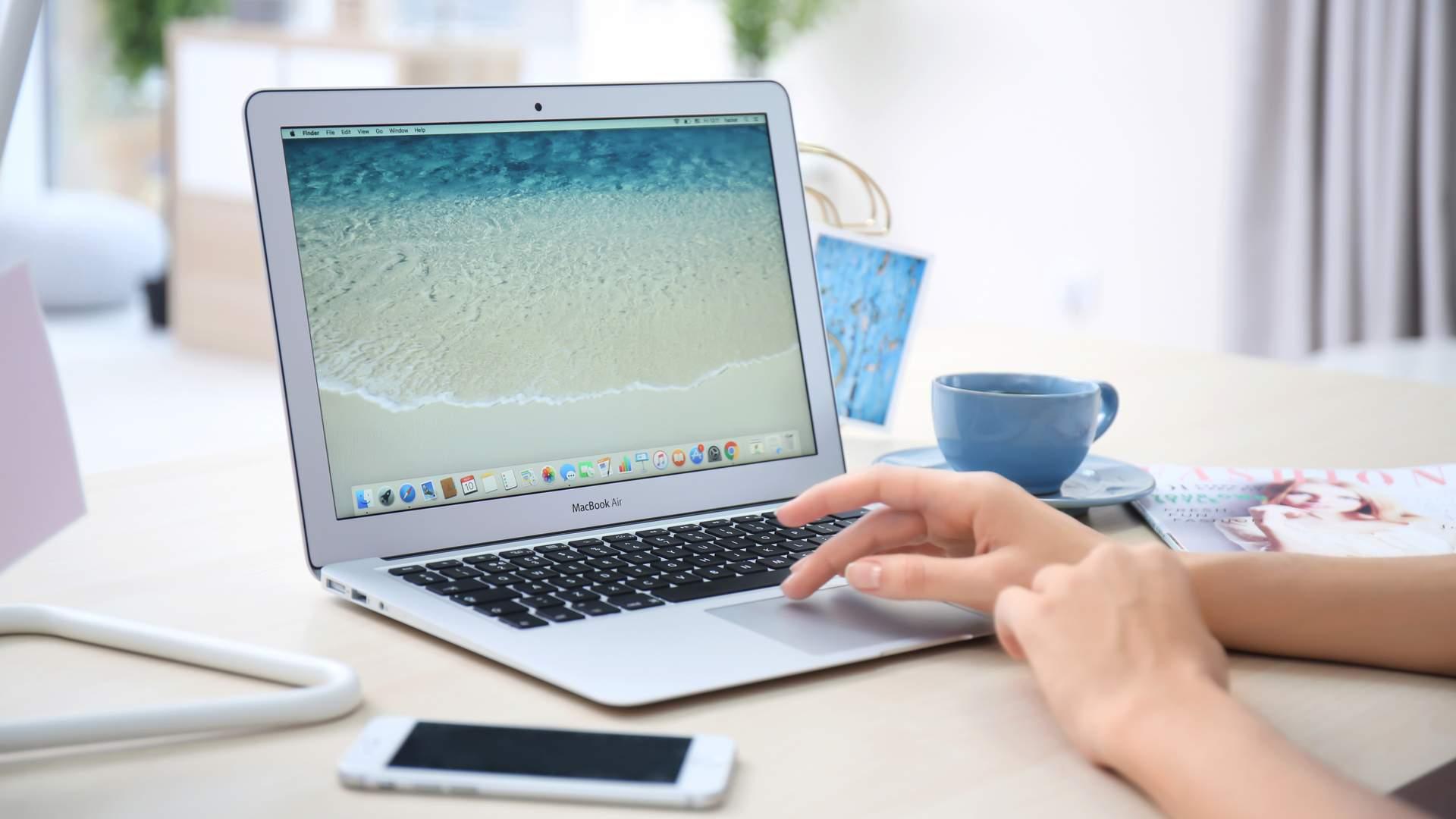 A tela do Macbook Air 2017 não alcança a resolução Full HD, mas chega perto (Shutterstock)