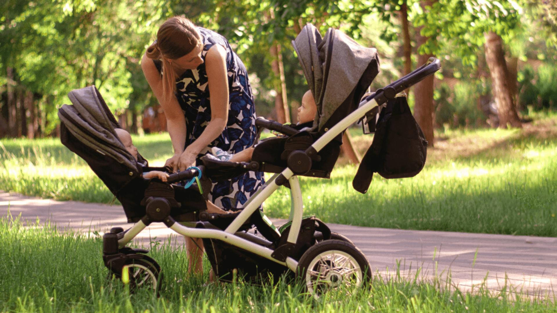 Veja a nossa seleção dos melhores carrinhos de bebê para gêmeos de 2021! (Reprodução/Shutterstock)