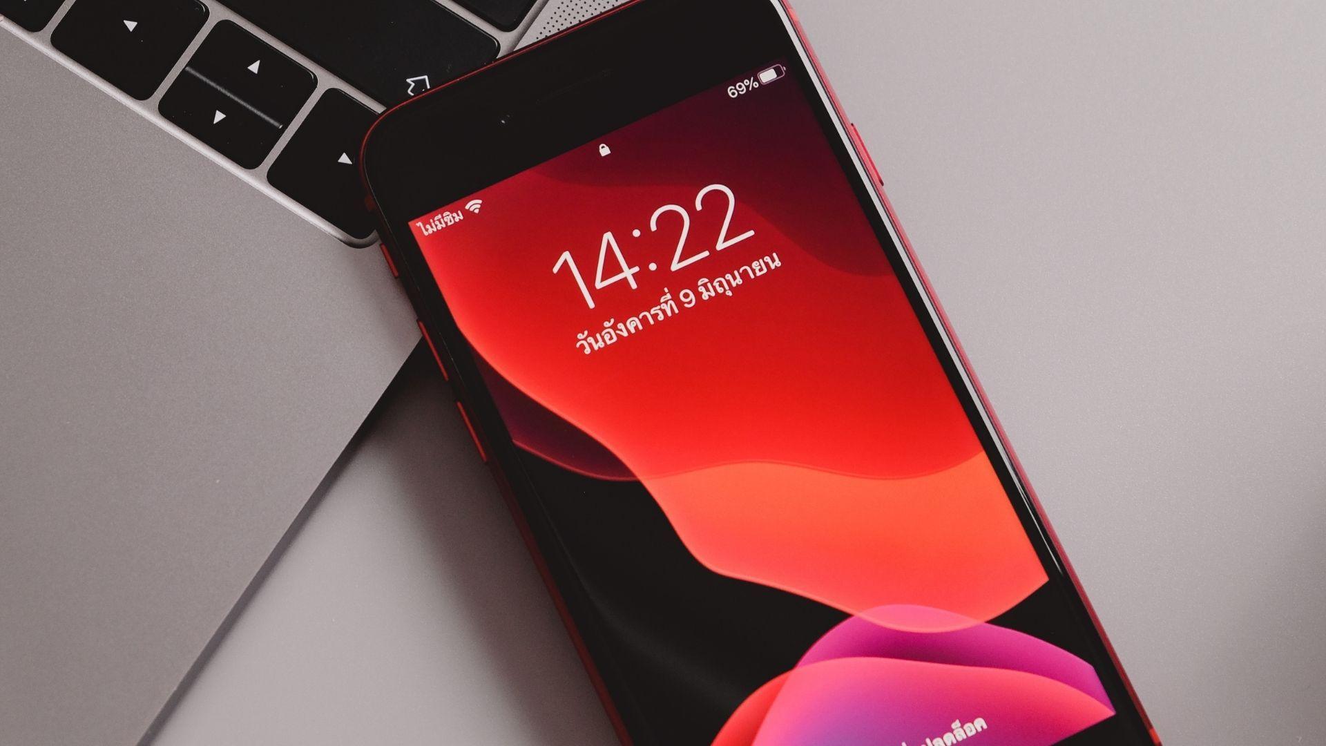"""O iPhone SE 2020 é um modelo da Apple bom e com preço mais """"acessível"""" em 2021 (Foto: Framesira / Shutterstock.com)"""