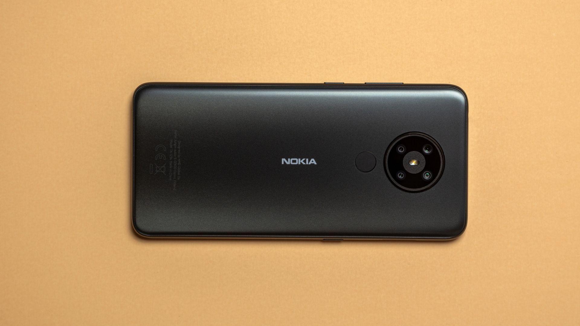 Nokia 5.3 preto em fundo amarelado com parte traseira em destaque