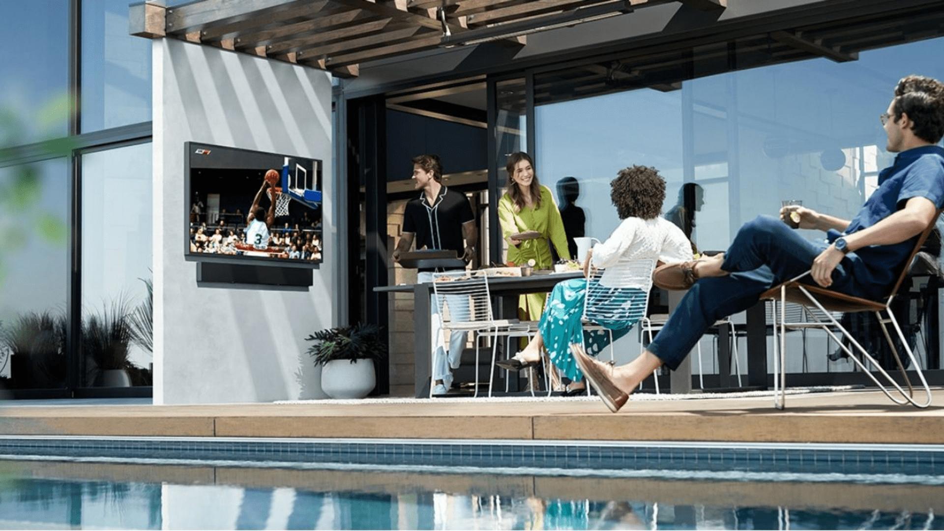 A TV Samsung The Terrace foi desenvolvida especialmente para ocupar ambientes externos. (Imagem: Divulgação/Samsung)