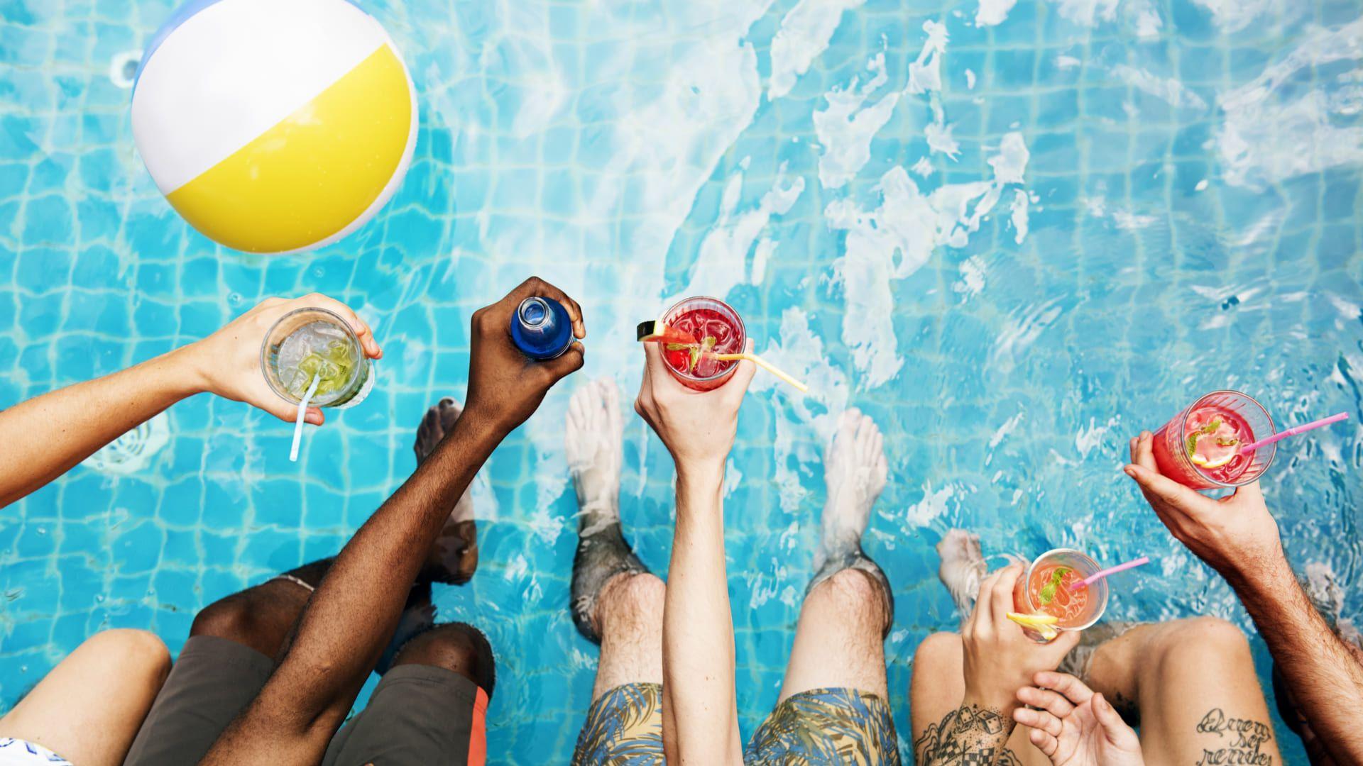 Prepare a piscina e veja como curtir o carnaval de 2021 em casa. (Imagem: Reprodução/Shutterstock)