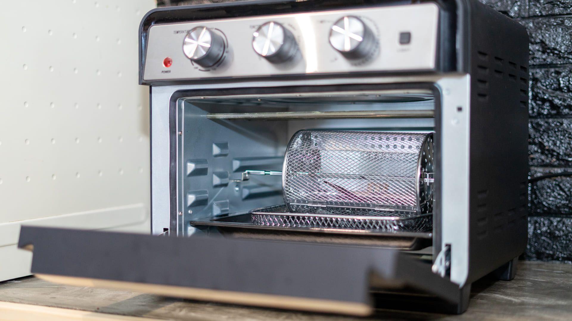 O forno elétrico pode servir tanto para o preparo mais elaborado, quanto para esquentar pratos pontuais. (Imagem: Reprodução/Shutterstock)