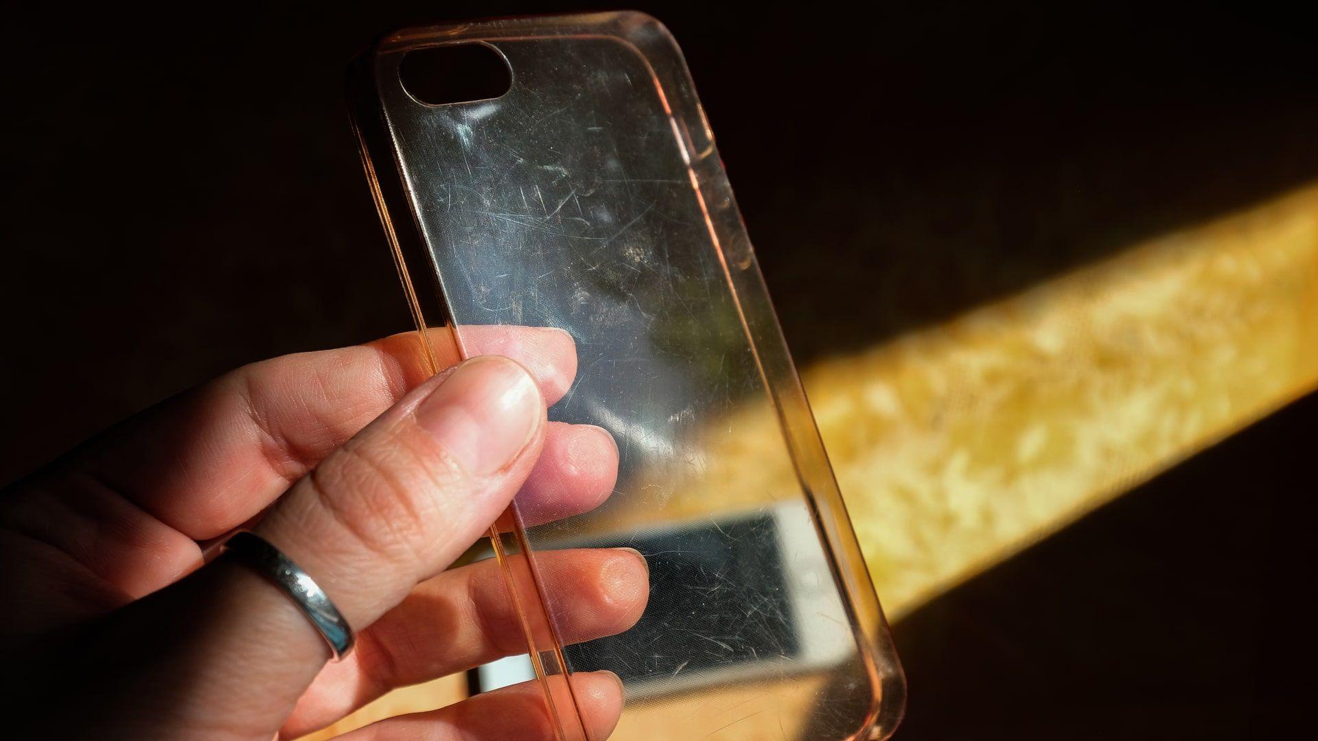 Capinhas de celular costumam ficar amareladas com o tempo (Foto: Shutterstock)