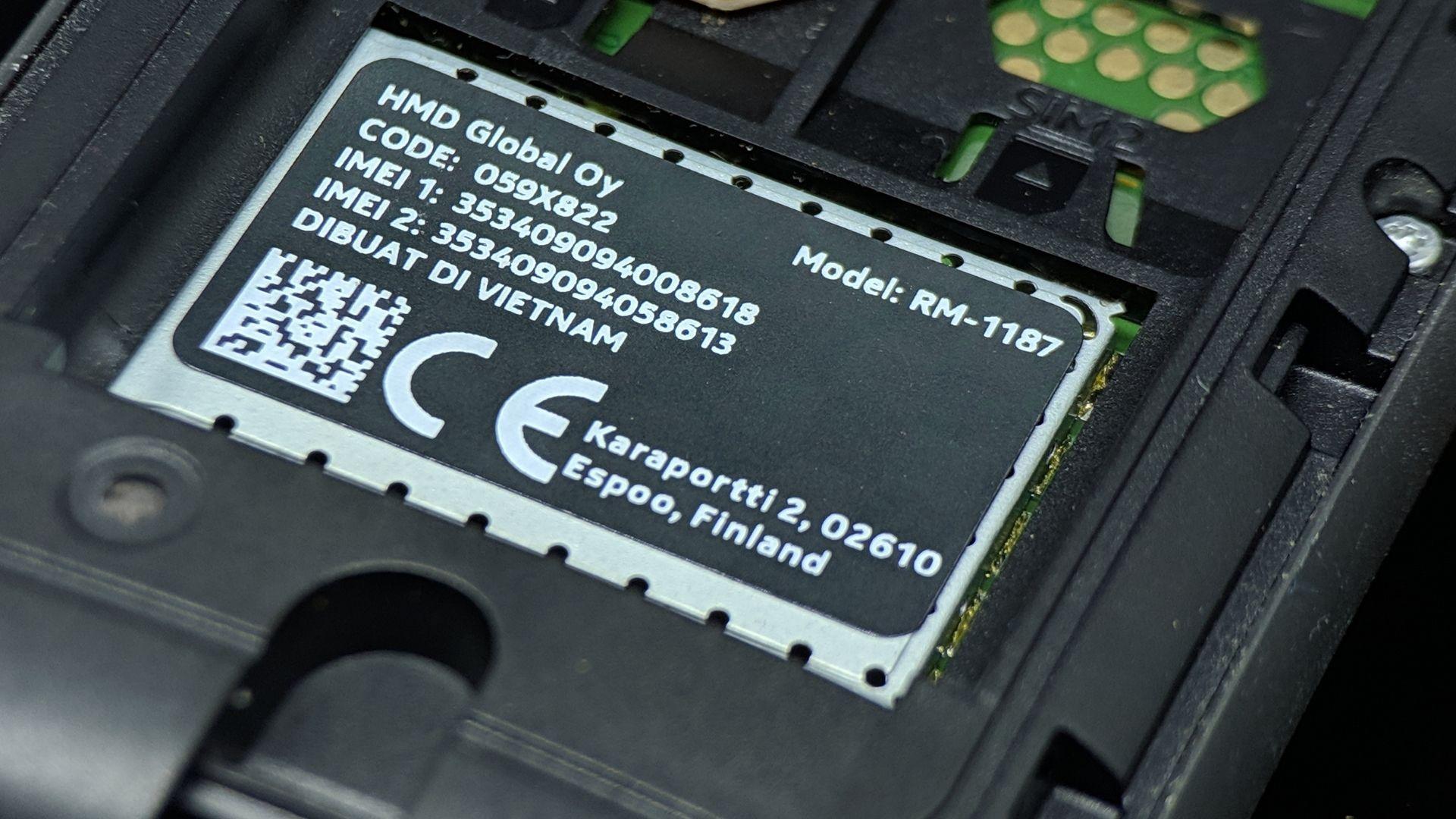 Celular com traseira destacável tem etiqueta com IMEI (Foto: senengmotret / Shutterstock.com)