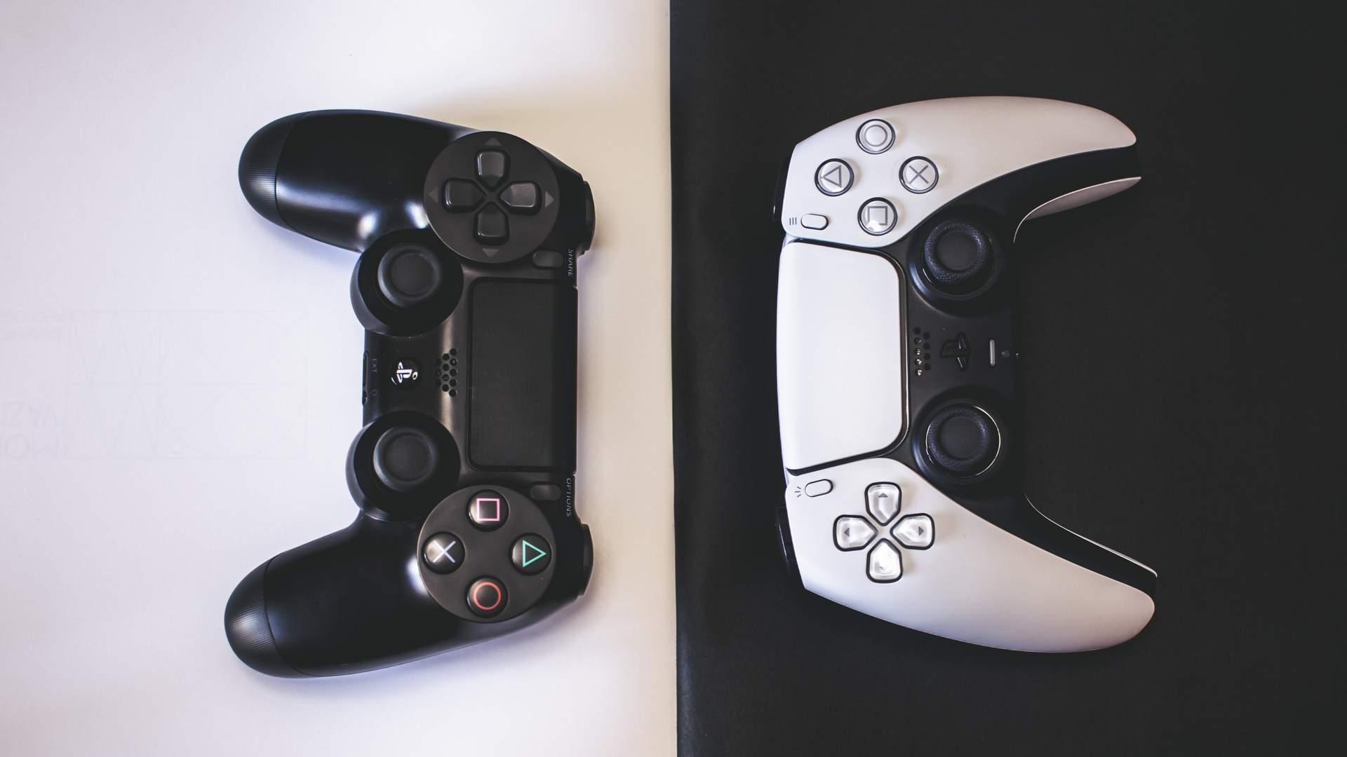 Controle do PS5, à direita, o DualSense tem diferenças de design para o controle do PS4, o DualShock 4 (Fonte: Mohsen Vaziri / Shutterstock.com)