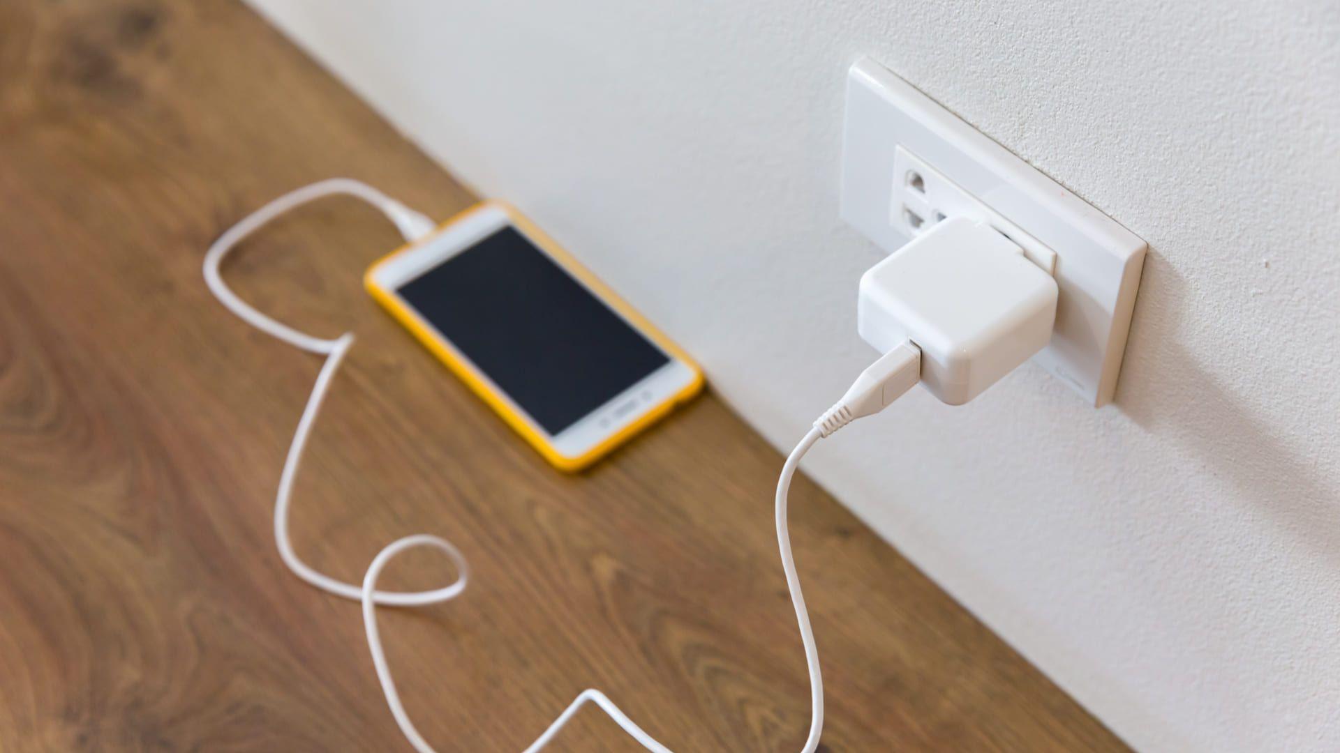 Retire os eletrônicos da tomada para economizar energia (Imagem: Reprodução/Shutterstock)