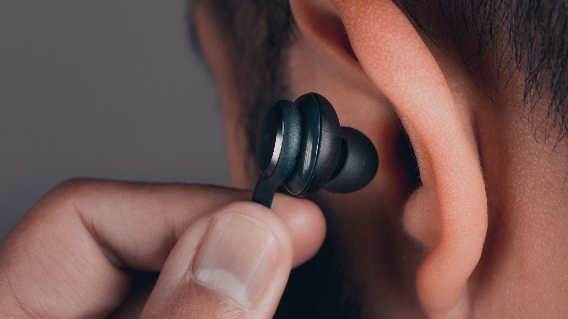 Fone intra-auricular é uma boa opção para isolar ruídos (Foto: Shutterstock)