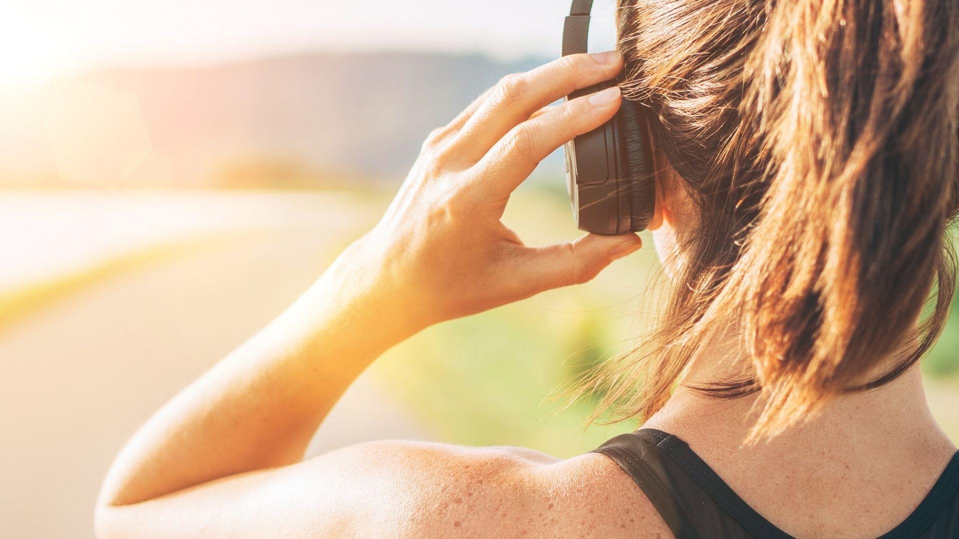 O headphone Bluetooth resistente a água é ótimo para praticar exercícios (Foto: Soloviova Liudmyla / Shutterstock.com)