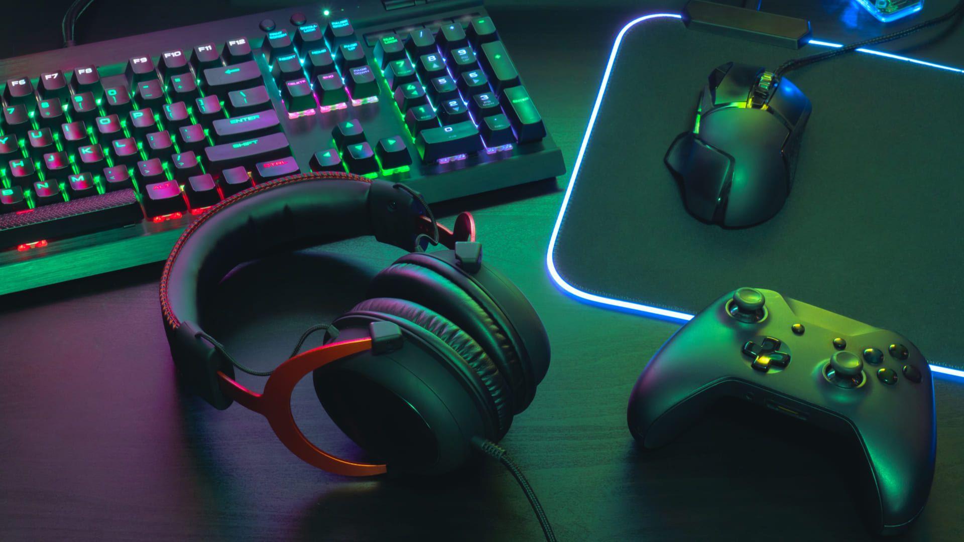Mesa completa para jogos com fone gamer, controle, teclado mecânico e mouse gamer (Foto: EKKAPHAN CHIMPALEE/Shutterstock)