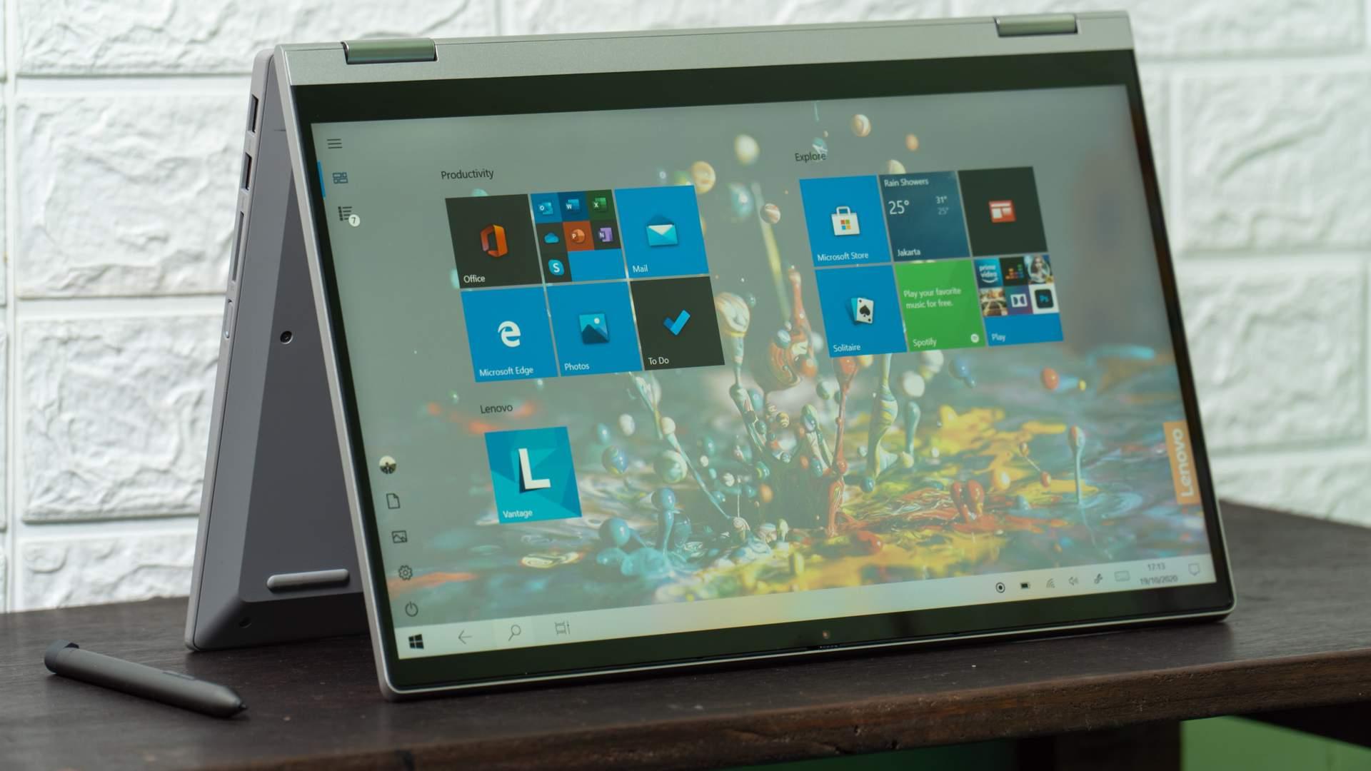 Abertura de tela do IdeaPad Flex 5i e monitor touchscreen fazem dele um modelo 2 em 1 (Lukmanazis / Shutterstock.com)