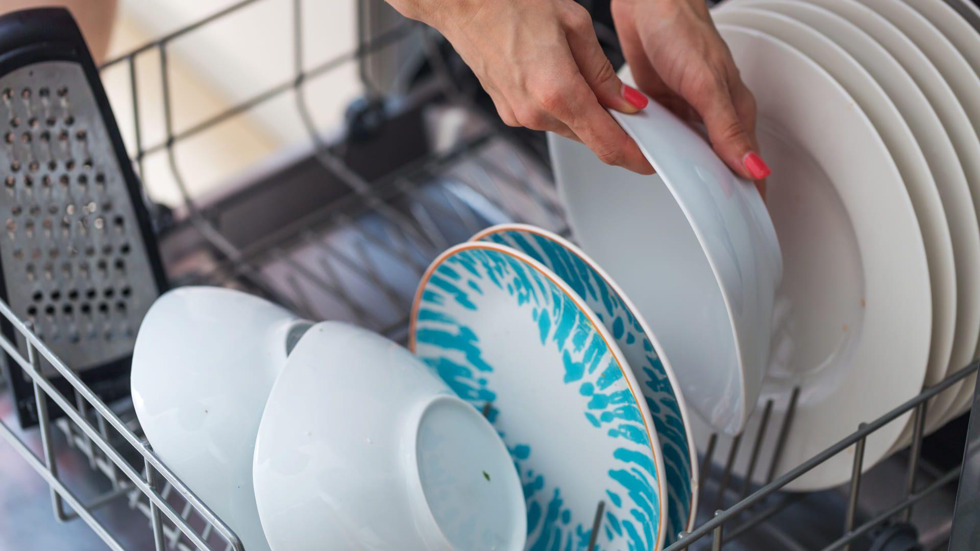 O ideal é passar os pratos e copos na água corrente antes de inseri-los na lava-louças. (Imagem: Reprodução/Shutterstock)