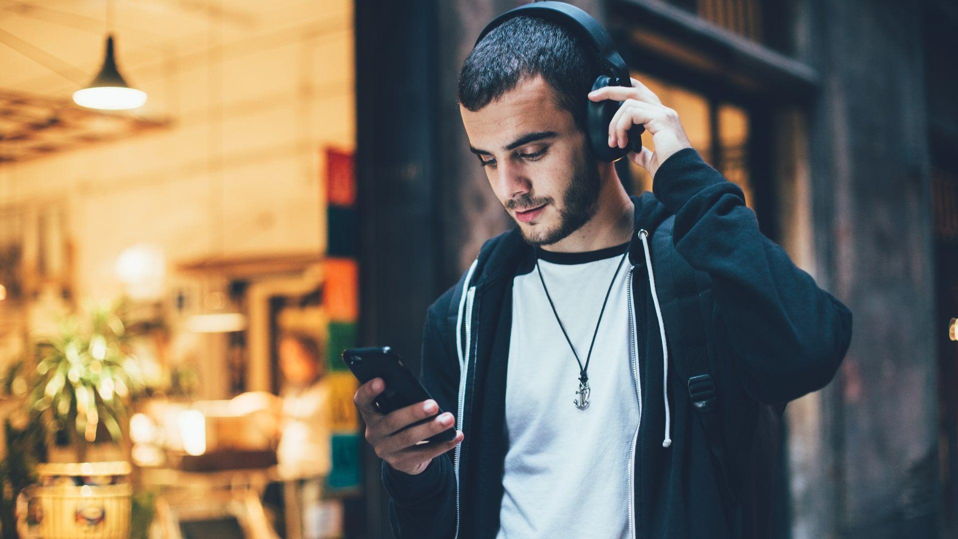 Para escolher seu headphone Bluetooth, é importante ficar atento ao design e qualidade de som (Foto: Shutterstock)
