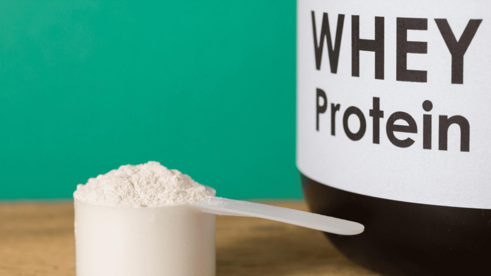 Entenda o que é, para que serve, quais os benefícios e qual o melhor Whey Protein isolado para você! (Imagem: Reprodução/Shutterstock)