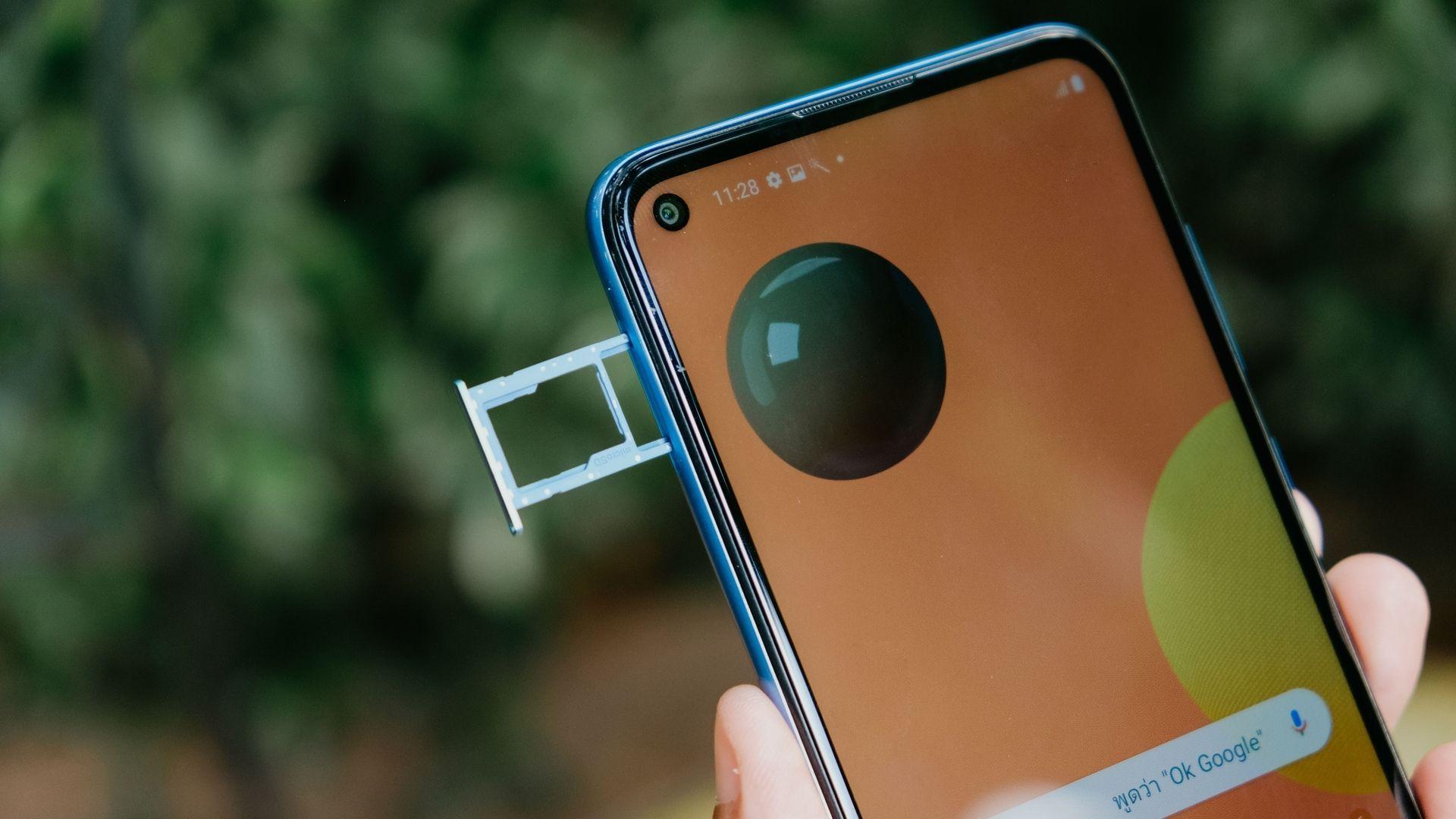 Celular A11 é dual chip e tem entrada híbrida (Foto: Shutterstock)
